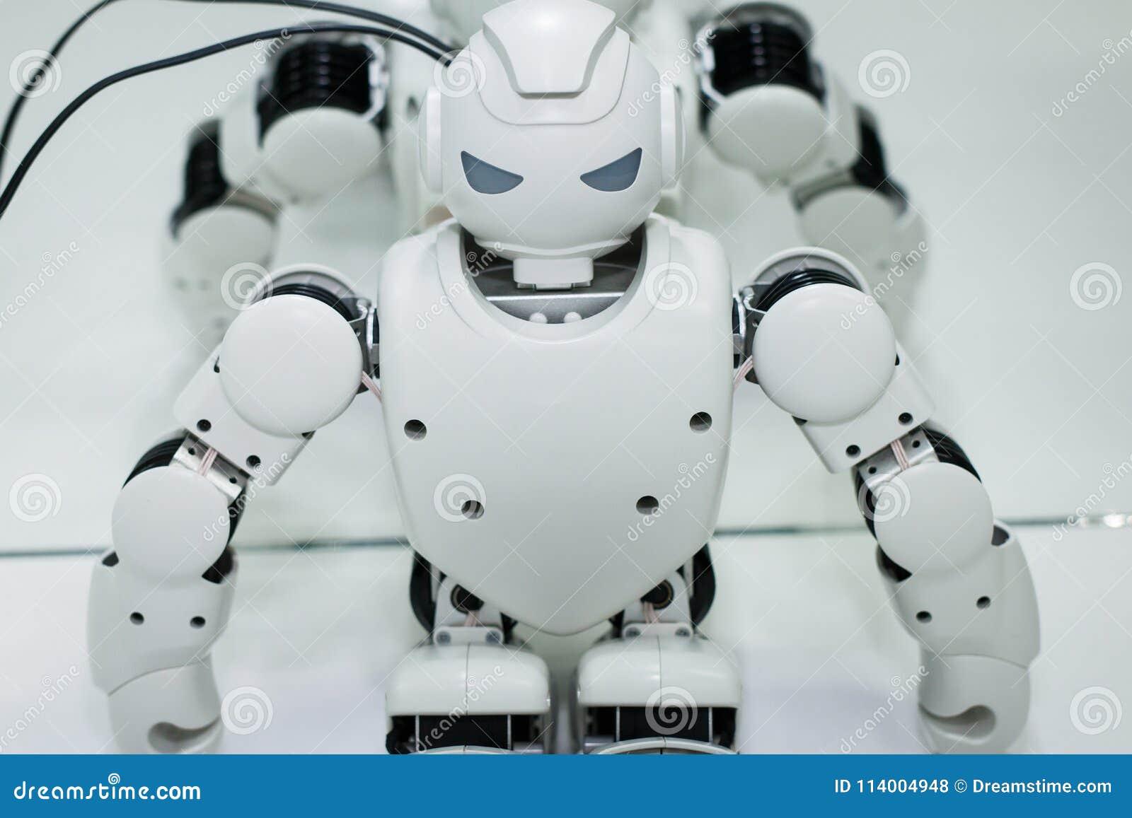 Kazán, Rusia - March2018: Pequeño robot con el rostro humano y el cuerpo - humanoid Inteligencia artificial