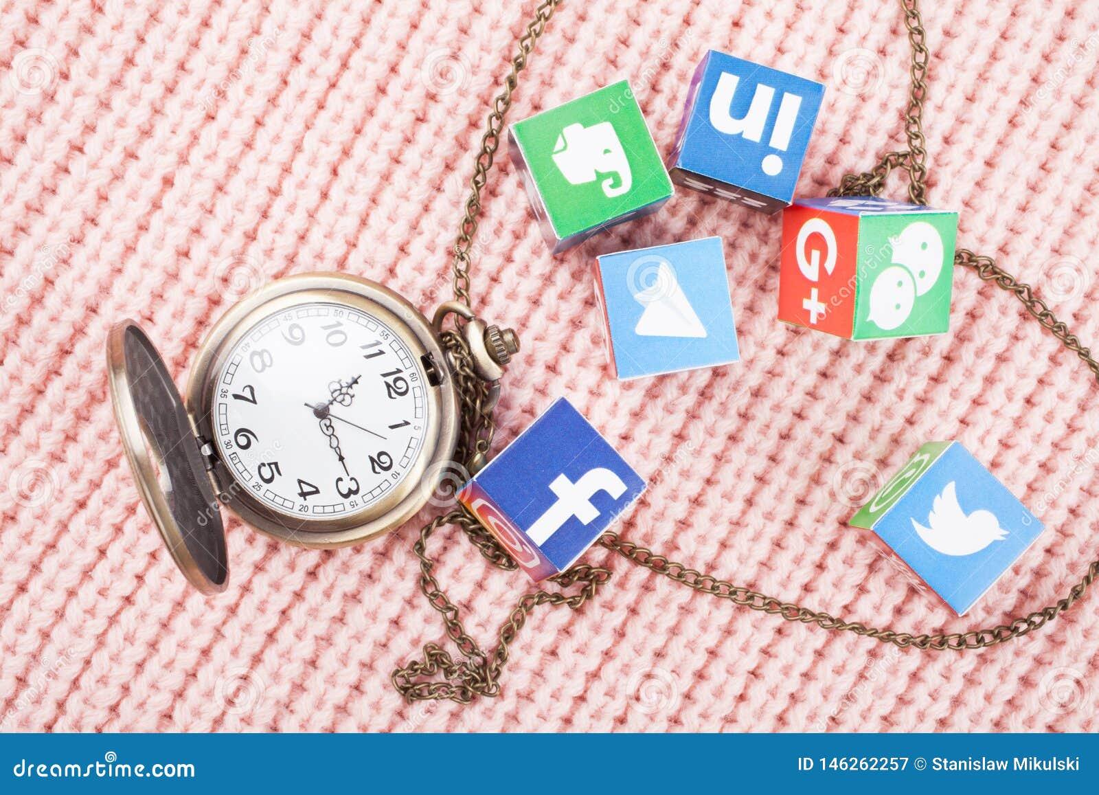 KAZ?N, RUSIA - 6 de marzo de 2018: cubos de papel con los logotipos y los relojes sociales populares de la red