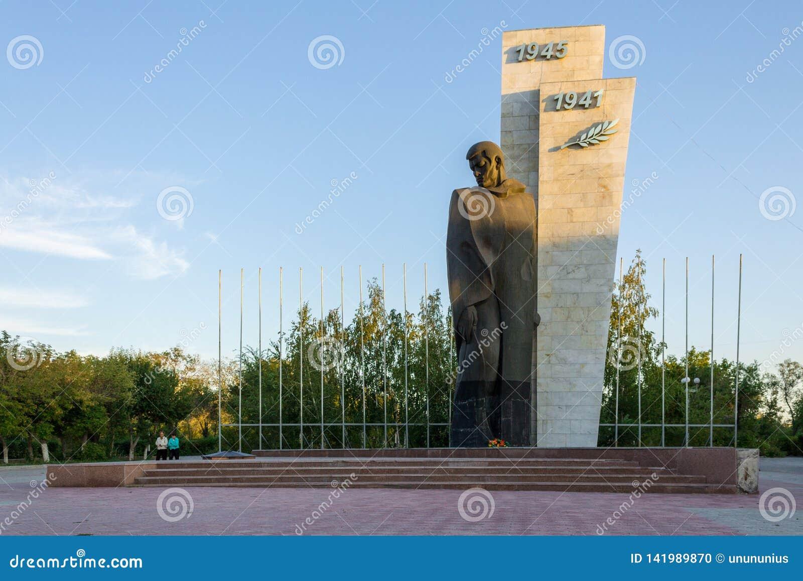 Kazajistán de visita turístico de excursión Opinión del panorama sobre el monumento solo de la Guerra Mundial del soldado descono