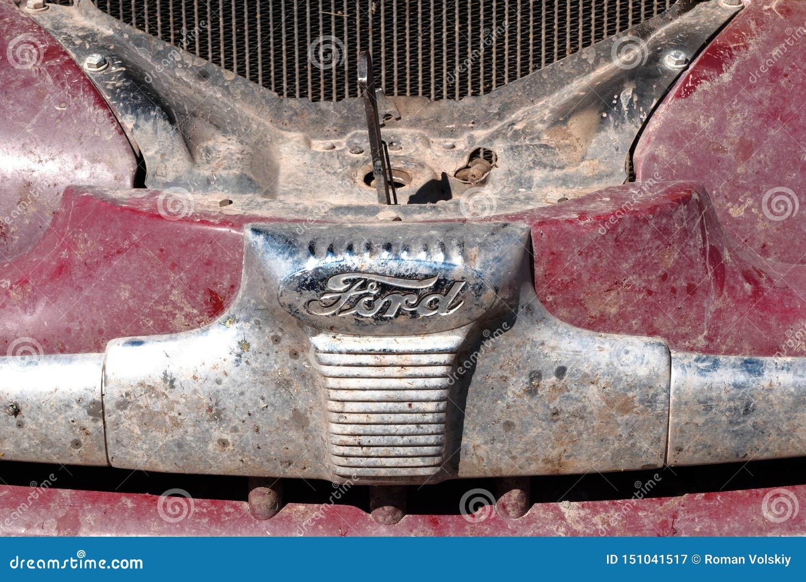 Kazakhstan, Kostanay, 19-06-19, rassemblent Pékin à Paris L emblème d une voiture Ford de cru Rétros voitures de capot ouvert
