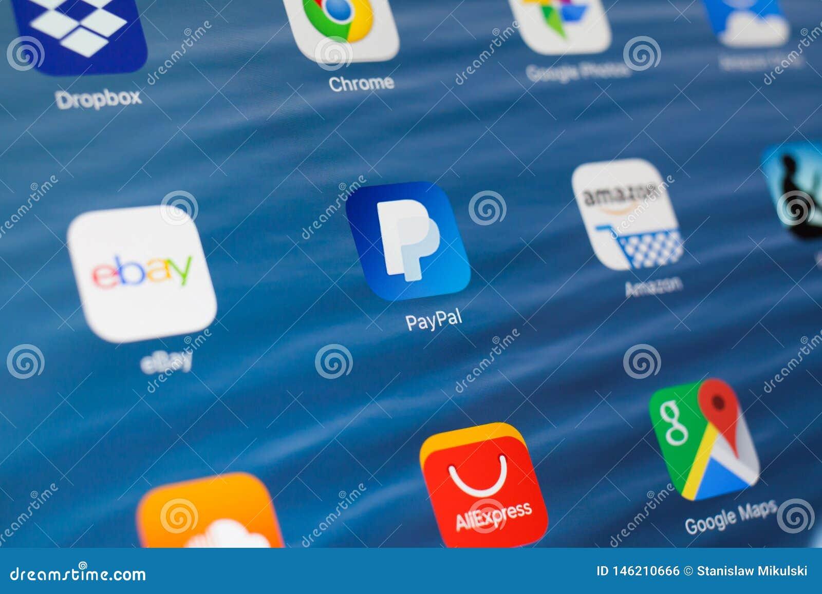 KAZAN, ΡΩΣΙΑ - 3 ΙΟΥΛΊΟΥ 2018: Apple iPad με τα εικονίδια των κοινωνικών μέσων Paypal στο κέντρο
