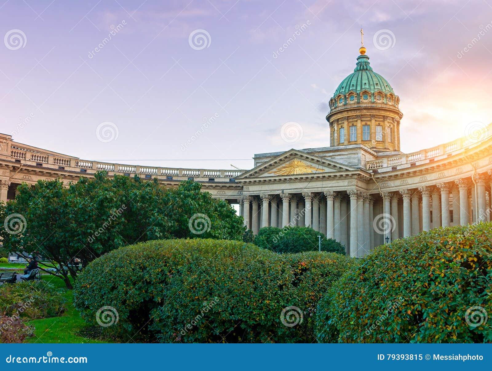 Kazan katedra w świętego Petersburg, Rosja i Kazan kwadracie z zielenią, parkuje drzewa na przedpolu przy zmierzchem