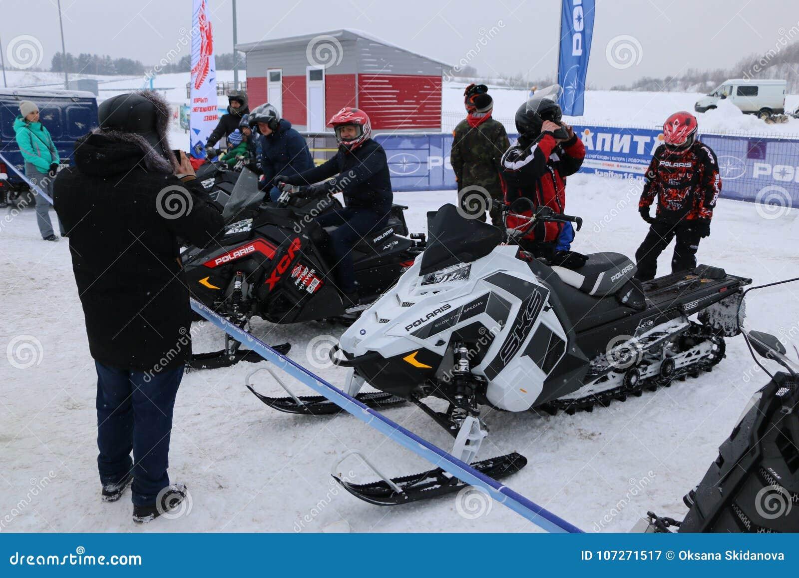 KAZAN, RÚSSIA - 23 DE DEZEMBRO DE 2017: Abertura da estação do inverno em Kazan Ring Canyon - livre a feira automóvel aberta - ex