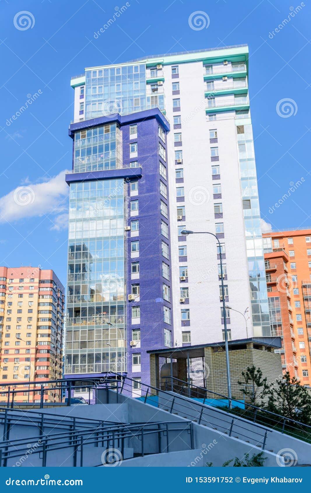Kazan, Rússia - 9 de maio de 2019: Construção curvada do multi-andar com muitos balcões vitrificados Projeto criativo de residenc