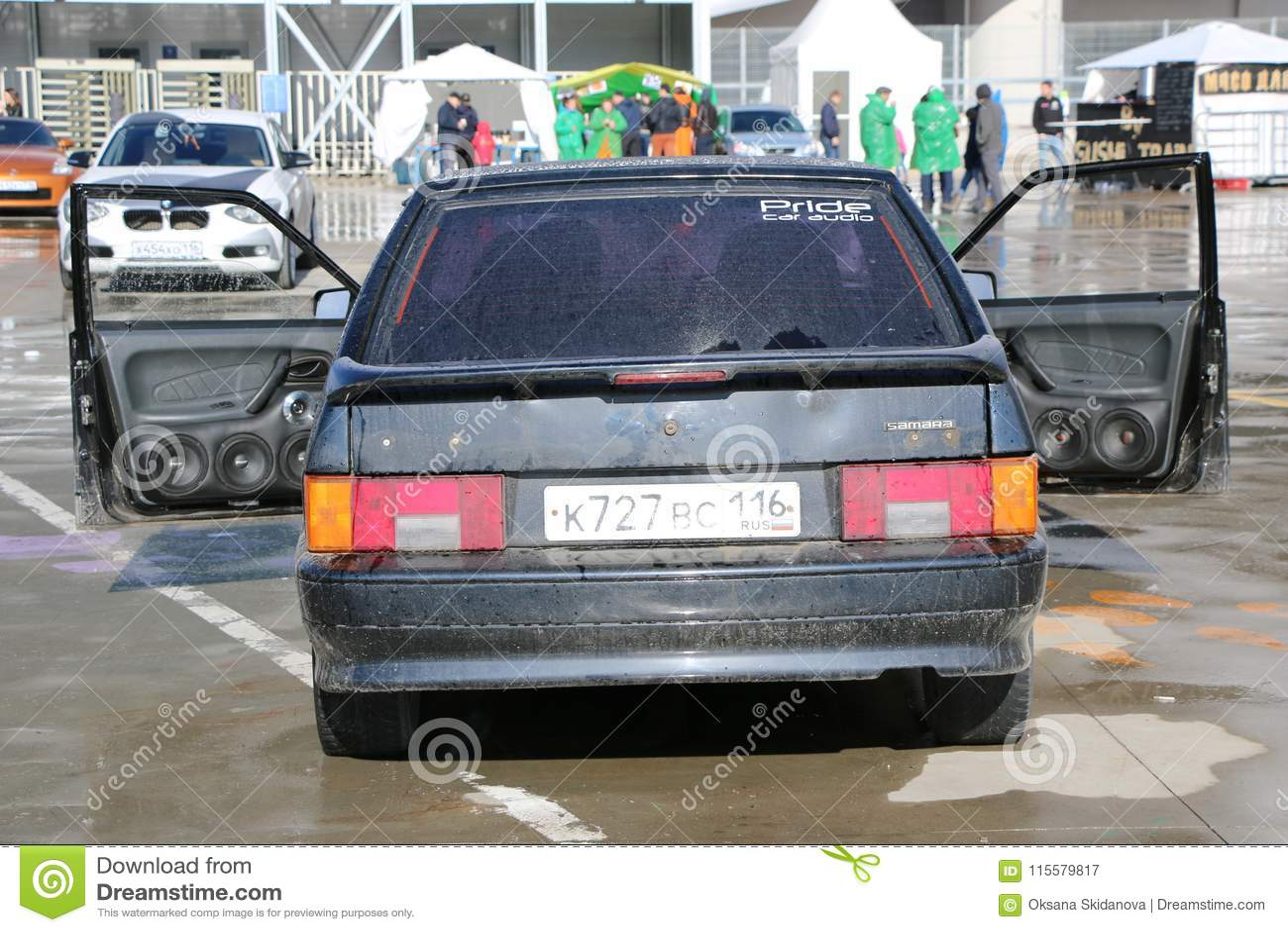 KAZAN, RÚSSIA, O 29 DE ABRIL DE 2018: Feira automóvel - auto som 2018
