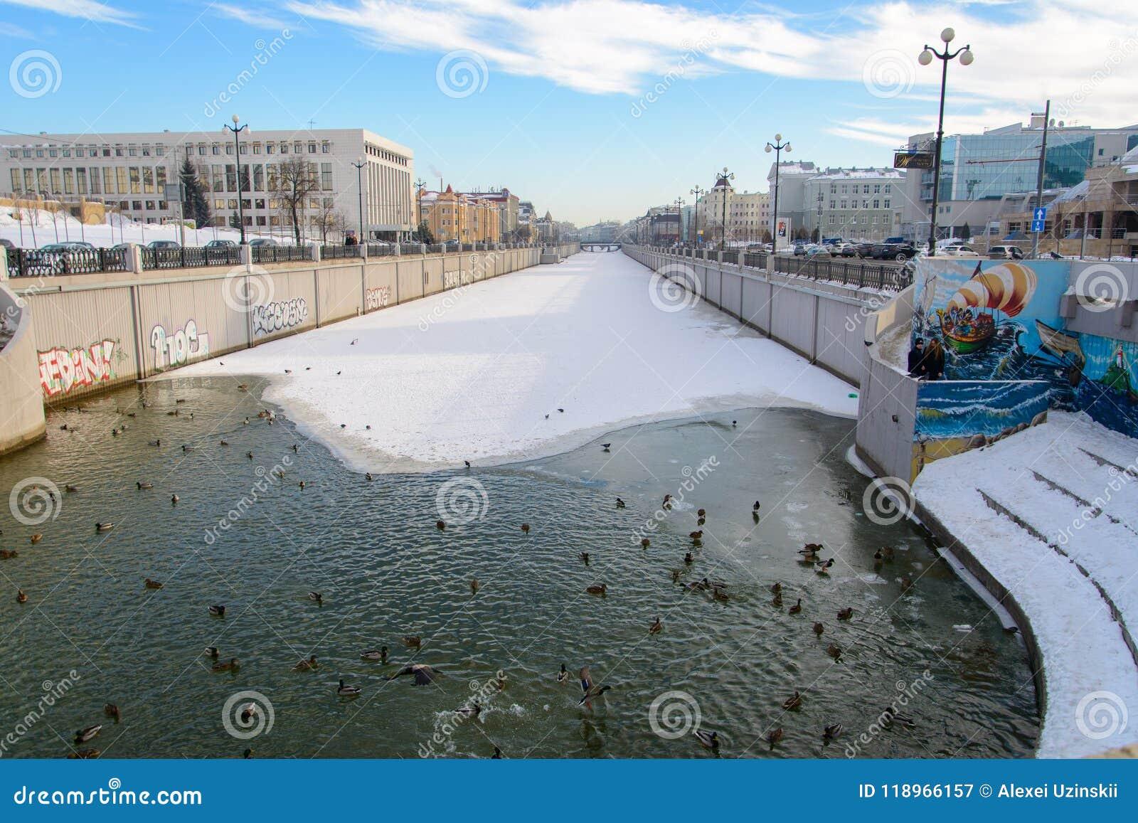 Kazan republik av Tatarstan, Ryssland Änder på bevattna