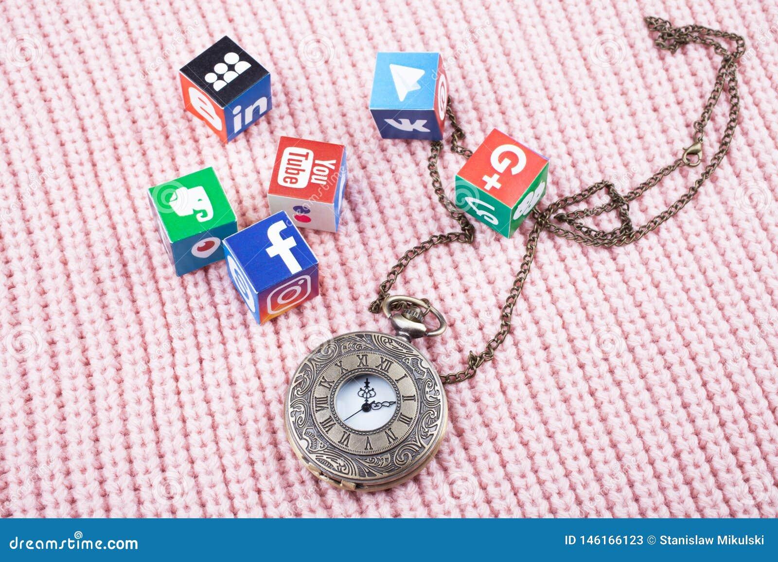 KAZAN ROSJA, Marzec, - 06, 2018: papierowi sześciany z popularnymi ogólnospołecznymi sieć logo, zegarami i