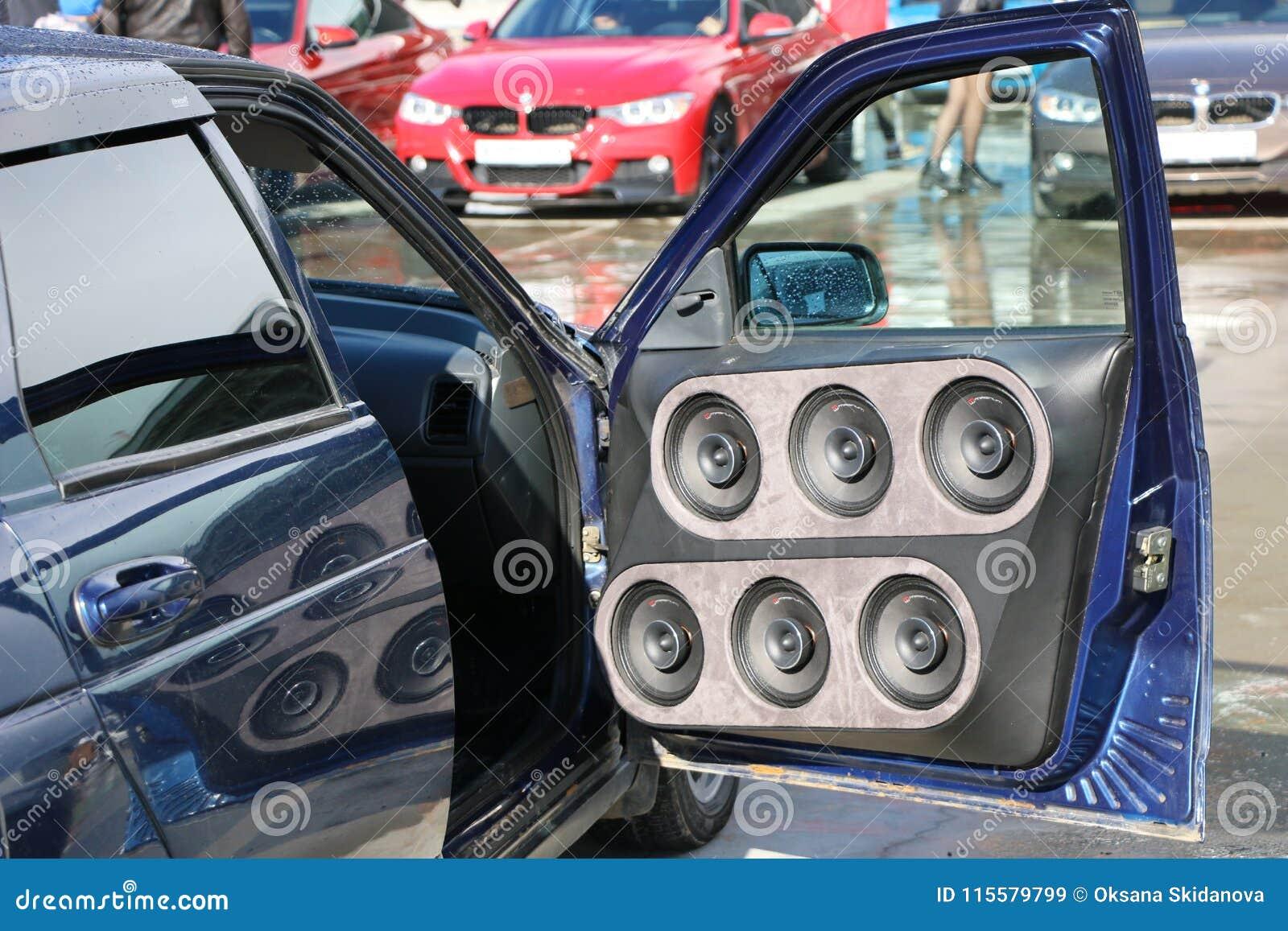KAZAN, RUSLAND, 29 APRIL, 2018: Auto toon - Autogeluid 2018