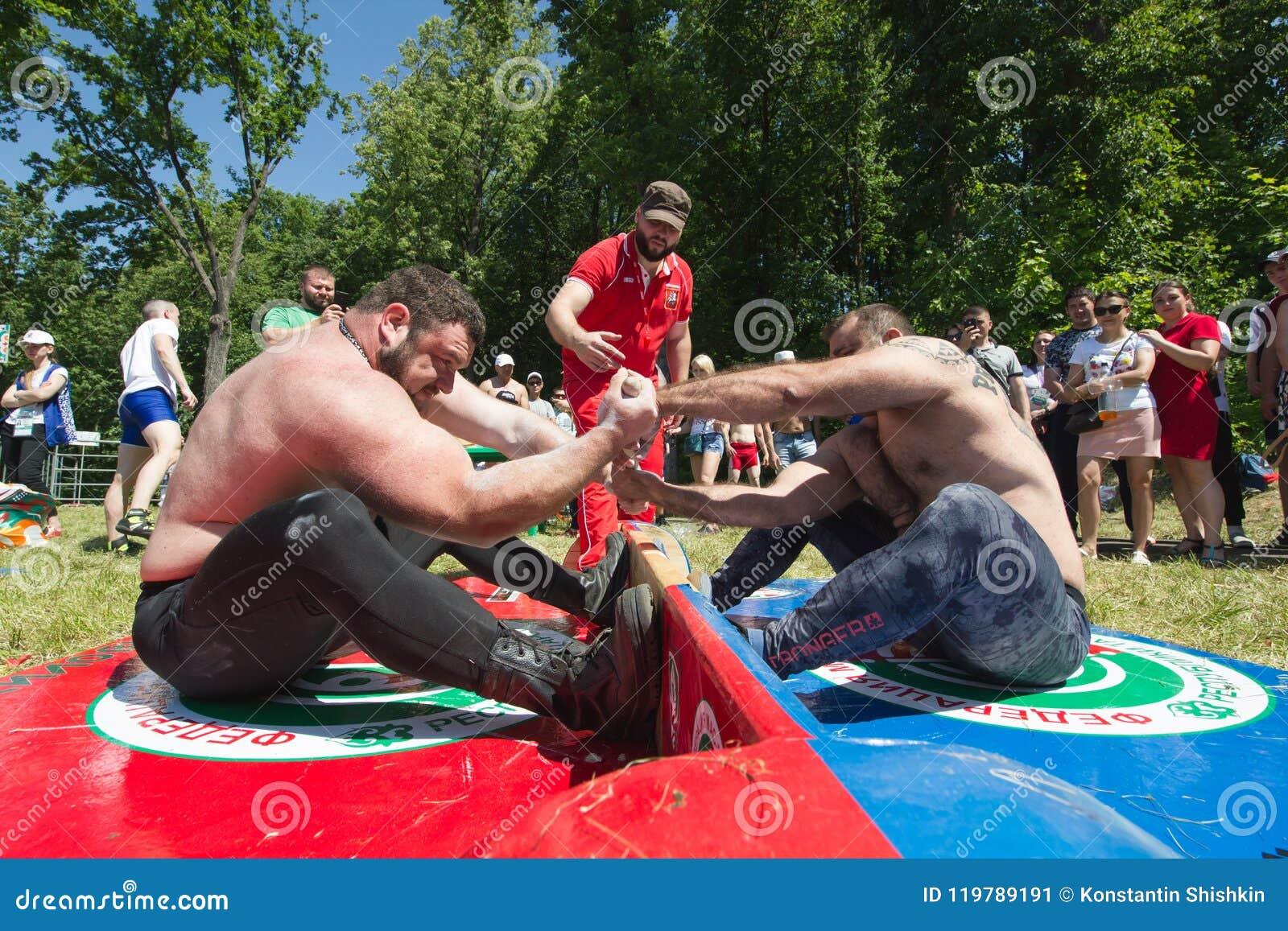 KAZAN, RUSLAND - JUNI 23, 2018: Traditioneel Tatar festival Sabantuy - Sterke spiermensen in slag van het trekken van de stok