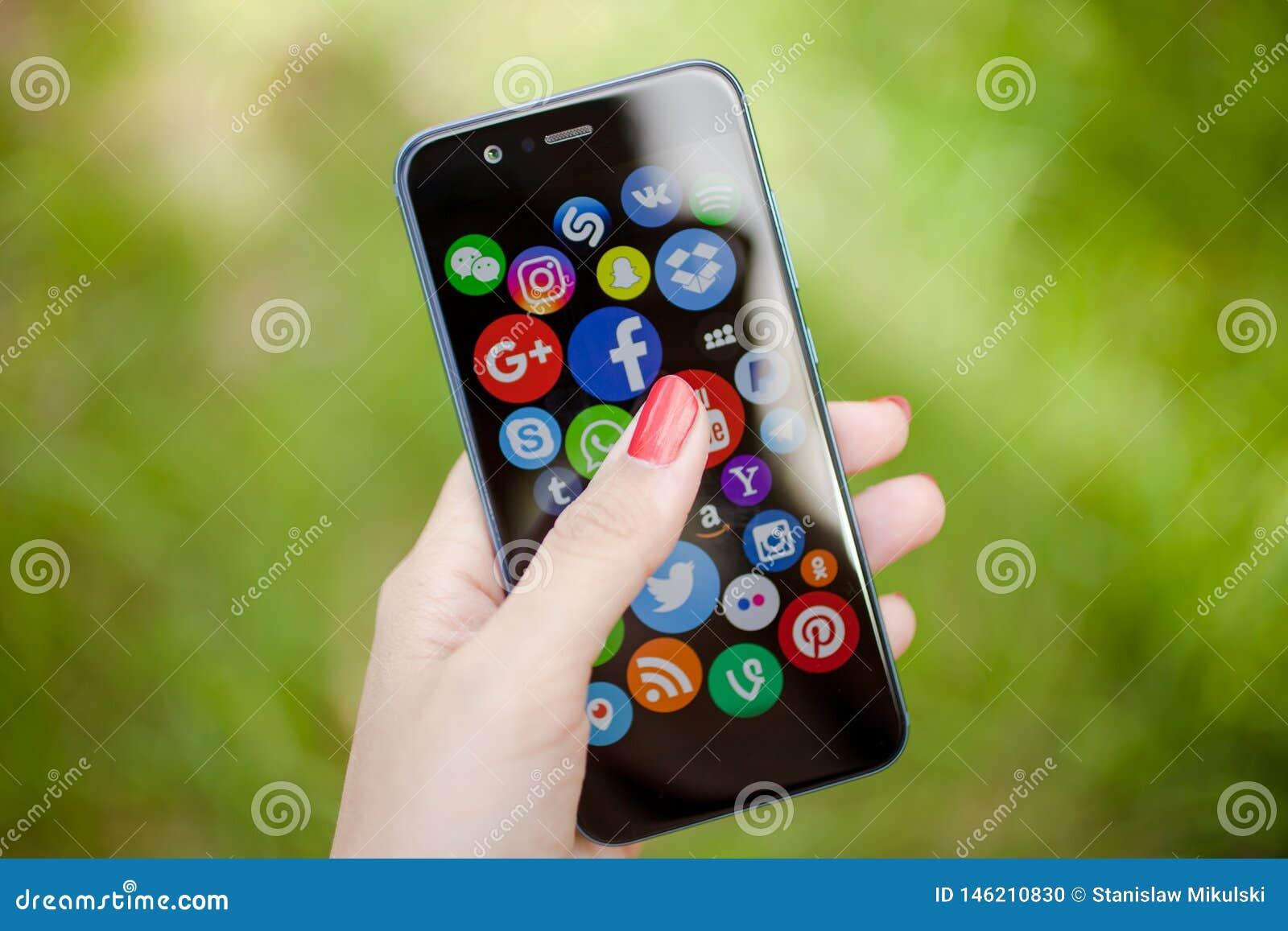 KAZAN, RUSLAND - JUNI 6, 2018: Vrouw die op sociale media pictogrammen richten