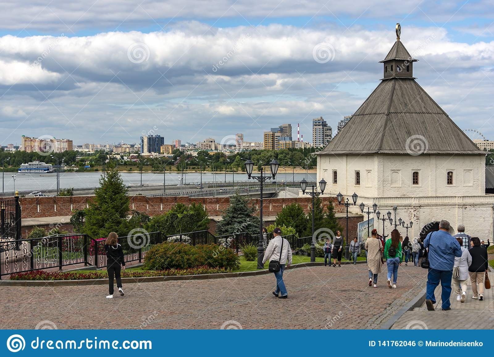 Kazan Ryssland - Augusti 9, 2018: Sikt av det Tainitskaya tornet på ingången till den Kazan Kreml med turister mot backgen