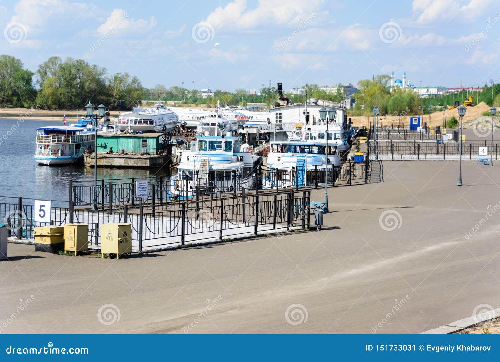 Kazan Tatarstan, Rosja, Maj,/- 10, 2019: Kazan Rzeczny port Akumulacja statki na ten sam molu Zaczyna wysyłać nawigację