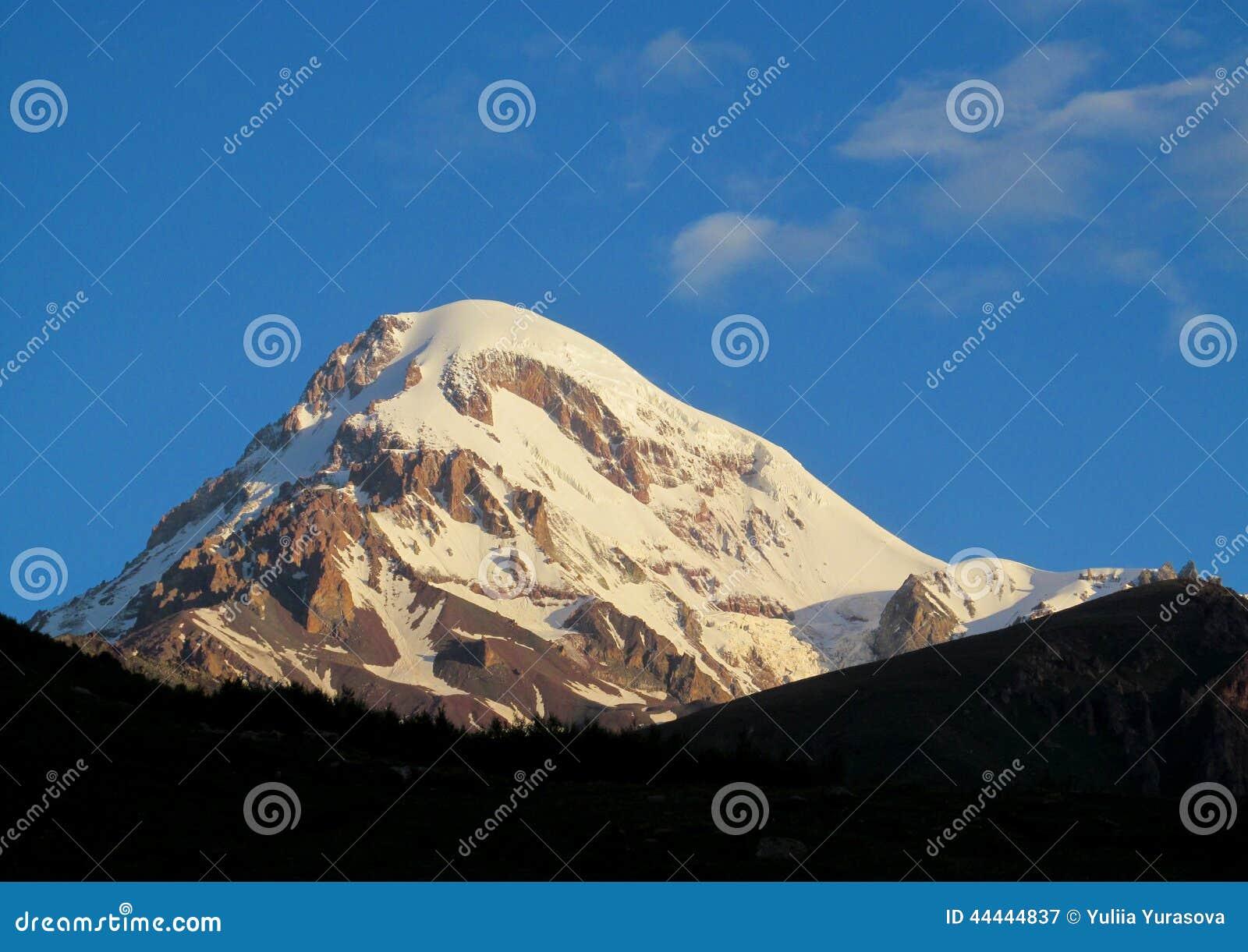 Kazbek góra zakrywająca z śniegiem w Kaukaskich górach w Gruzja