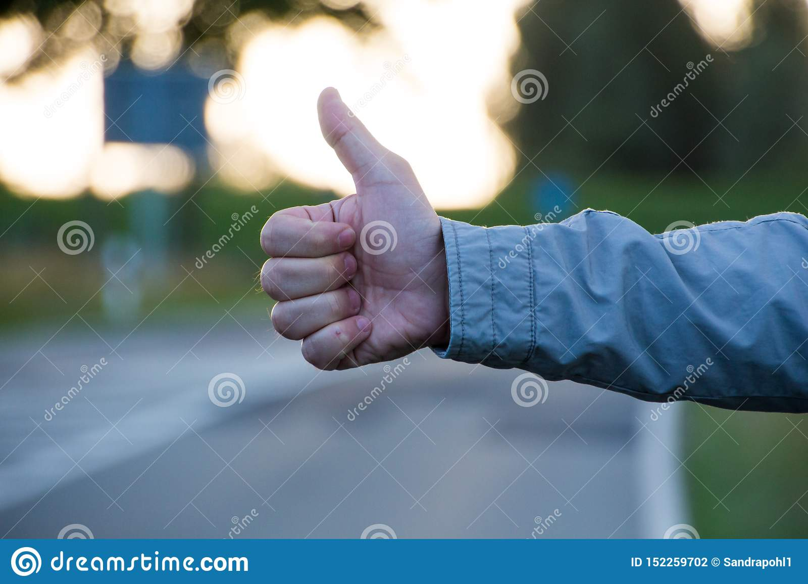 Kciuk w górę drogi dalej podczas gdy autostop