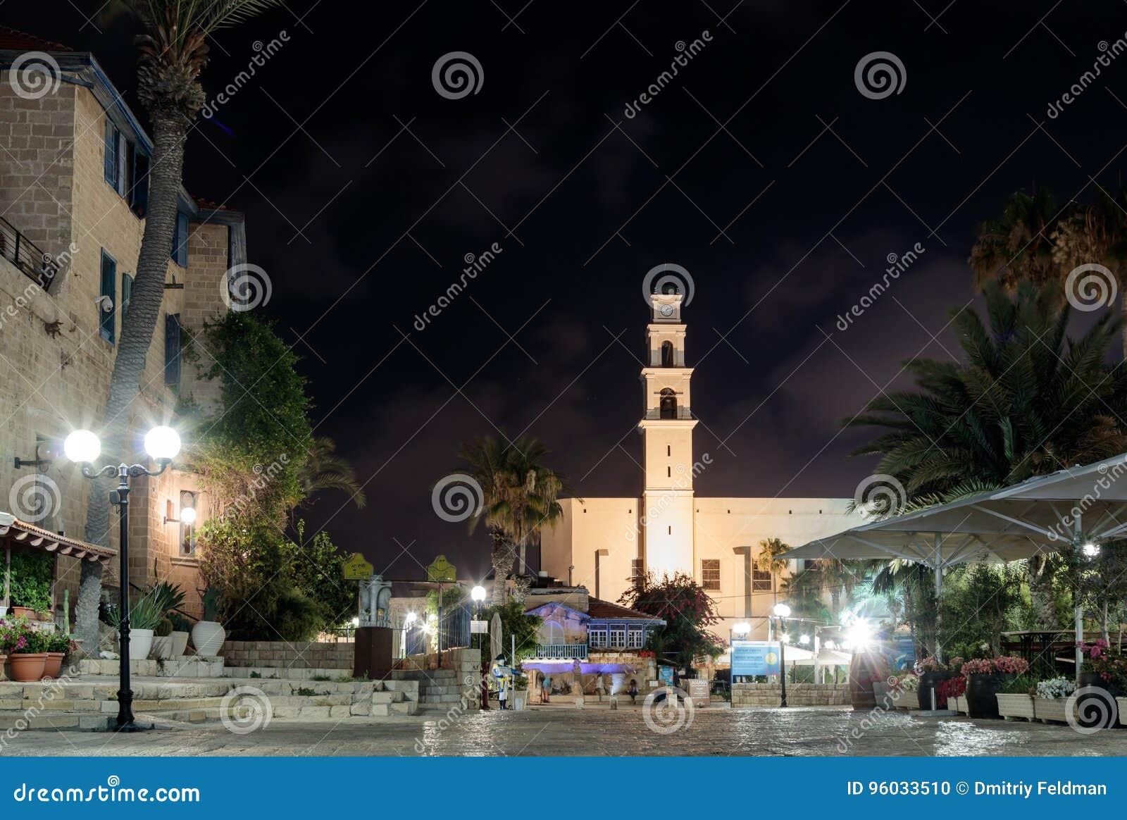 Kdumim kwadrat i St Peter ` s kościół z Zegarowy wierza przy nocą w starym mieście Yafo, Izrael