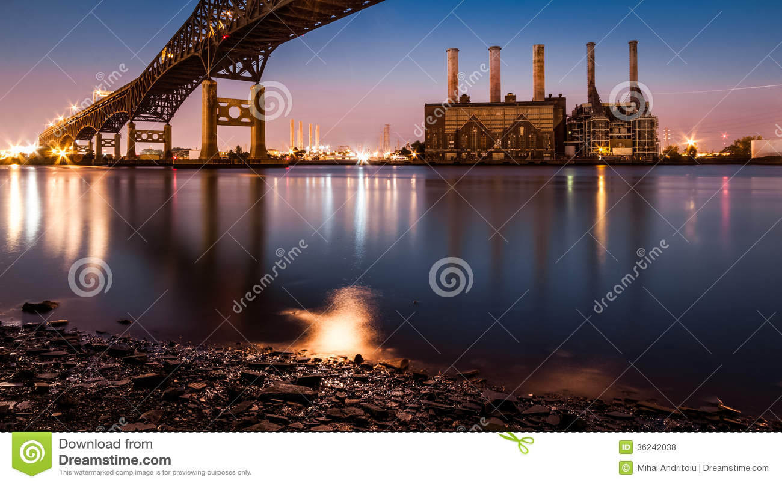 KearnyKrachtcentrale en Pulasky Skyway bij schemer