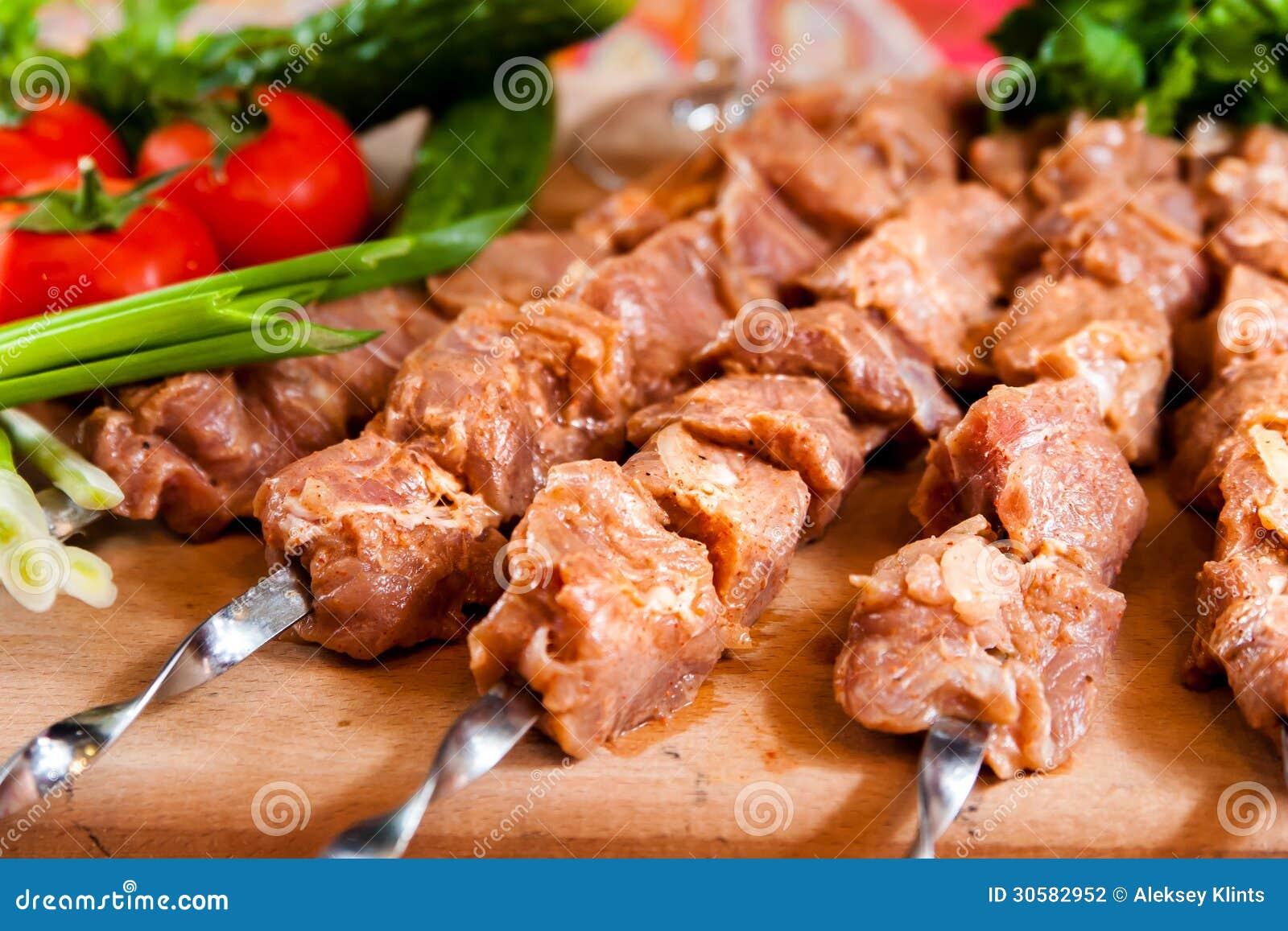 Kebab crudo en el tablero de madera