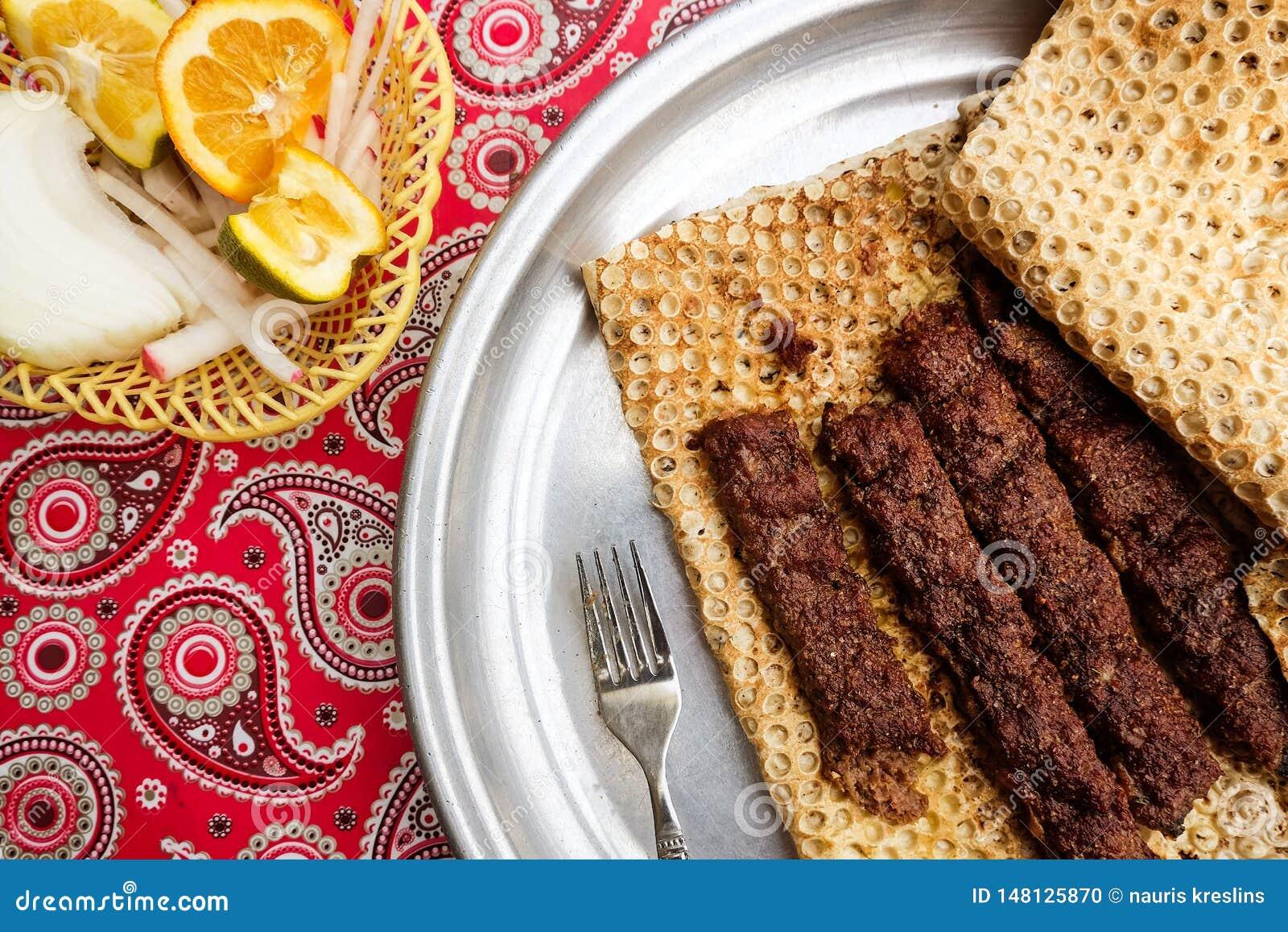 Kebab iraní de la comida con pan tradicional