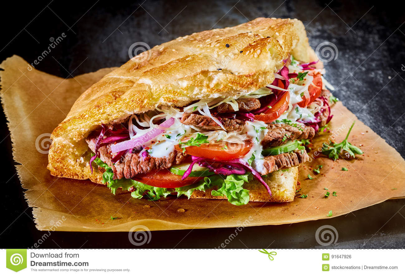 Kebab turco del doner sul pane tostato dorato della pita