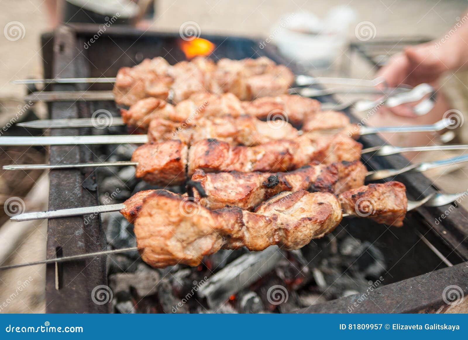 Kebabs на протыкальниках над углем на снаружи