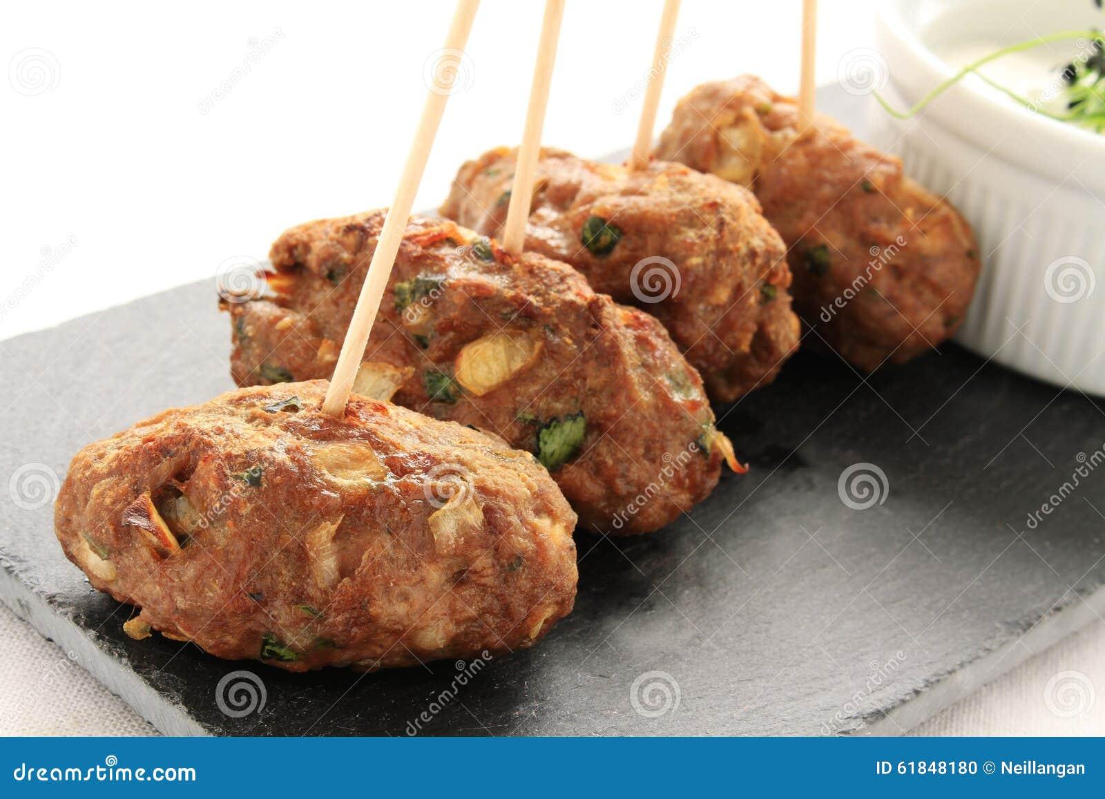 Kebabs shish del kofta de Kofte con la inmersión