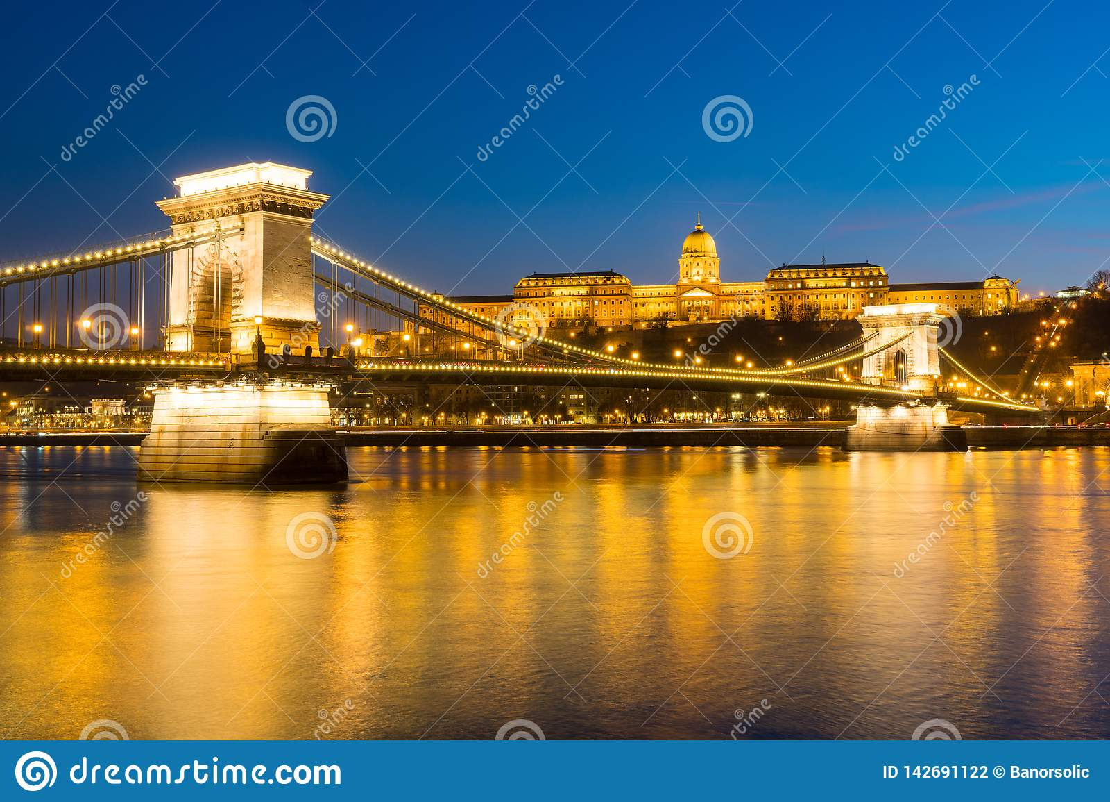 Kedjebro över Danube River på solnedgången i Budapest, Ungern