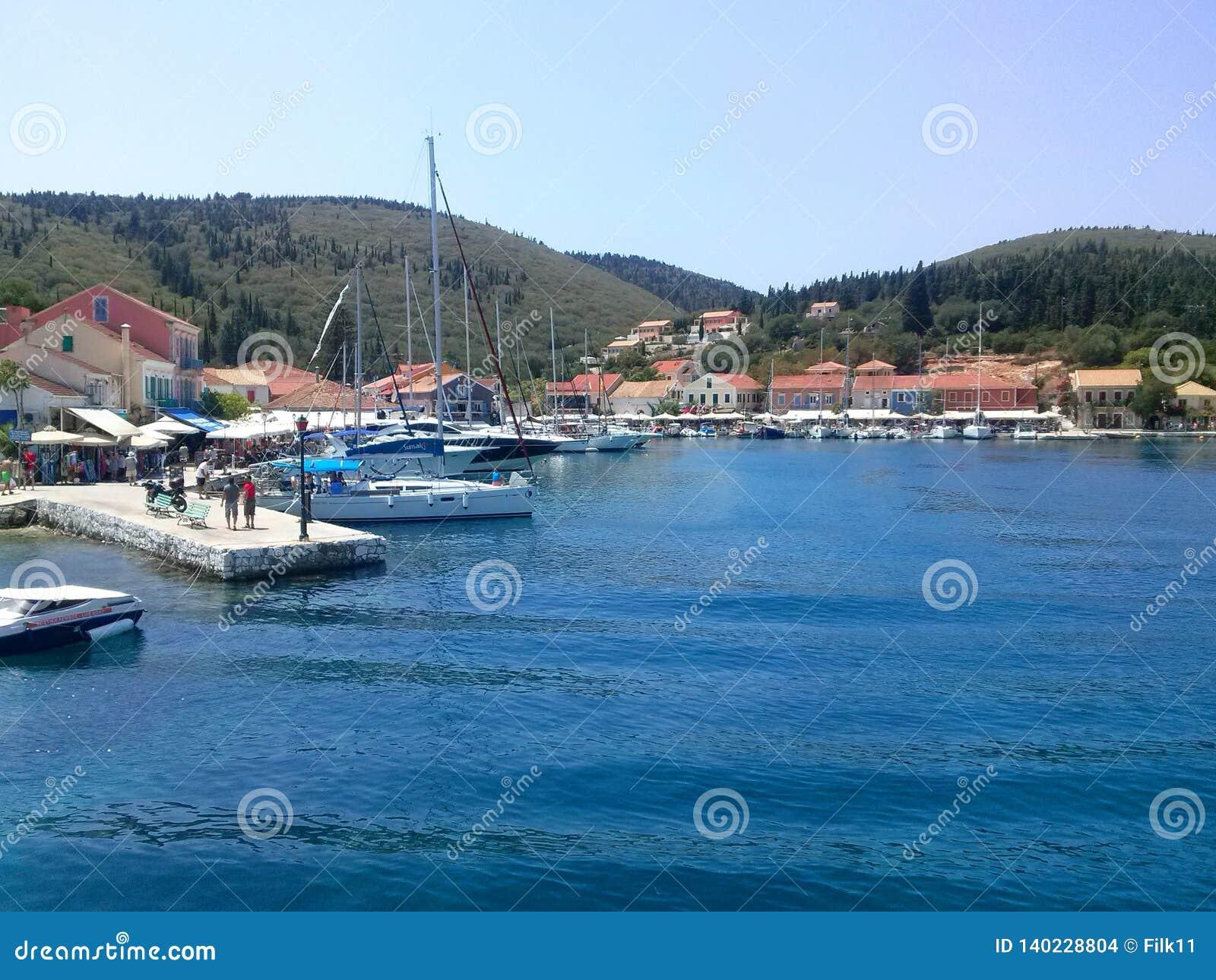Kefalonia, Grecia - 10 de agosto de 2015: Puerto icónico de pueblo de Fiskardo