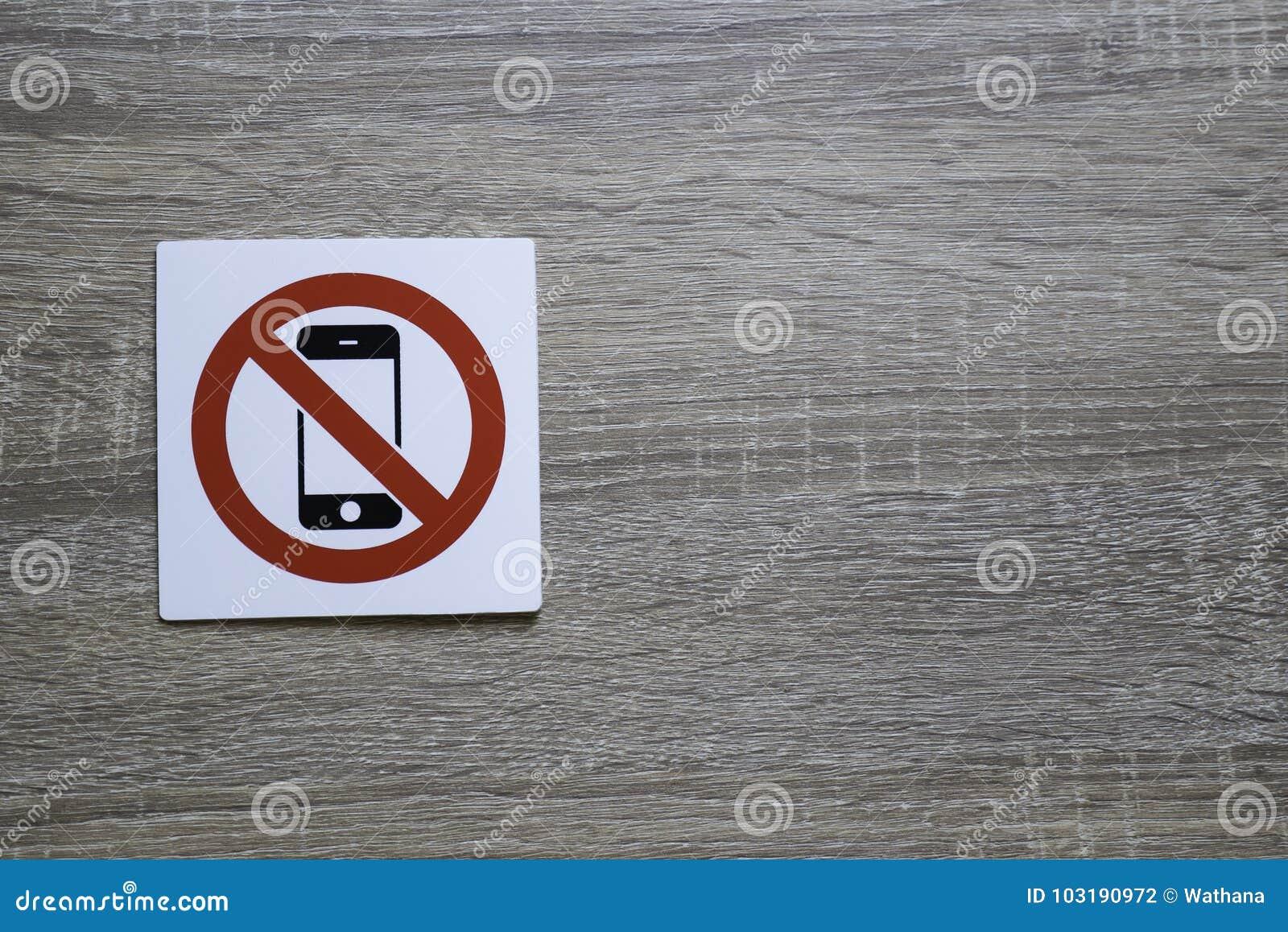 Kein Telefon erlaubte Zeichen auf der hölzernen Wand mit Raum für das Hinzufügen des Textes auf dem Recht