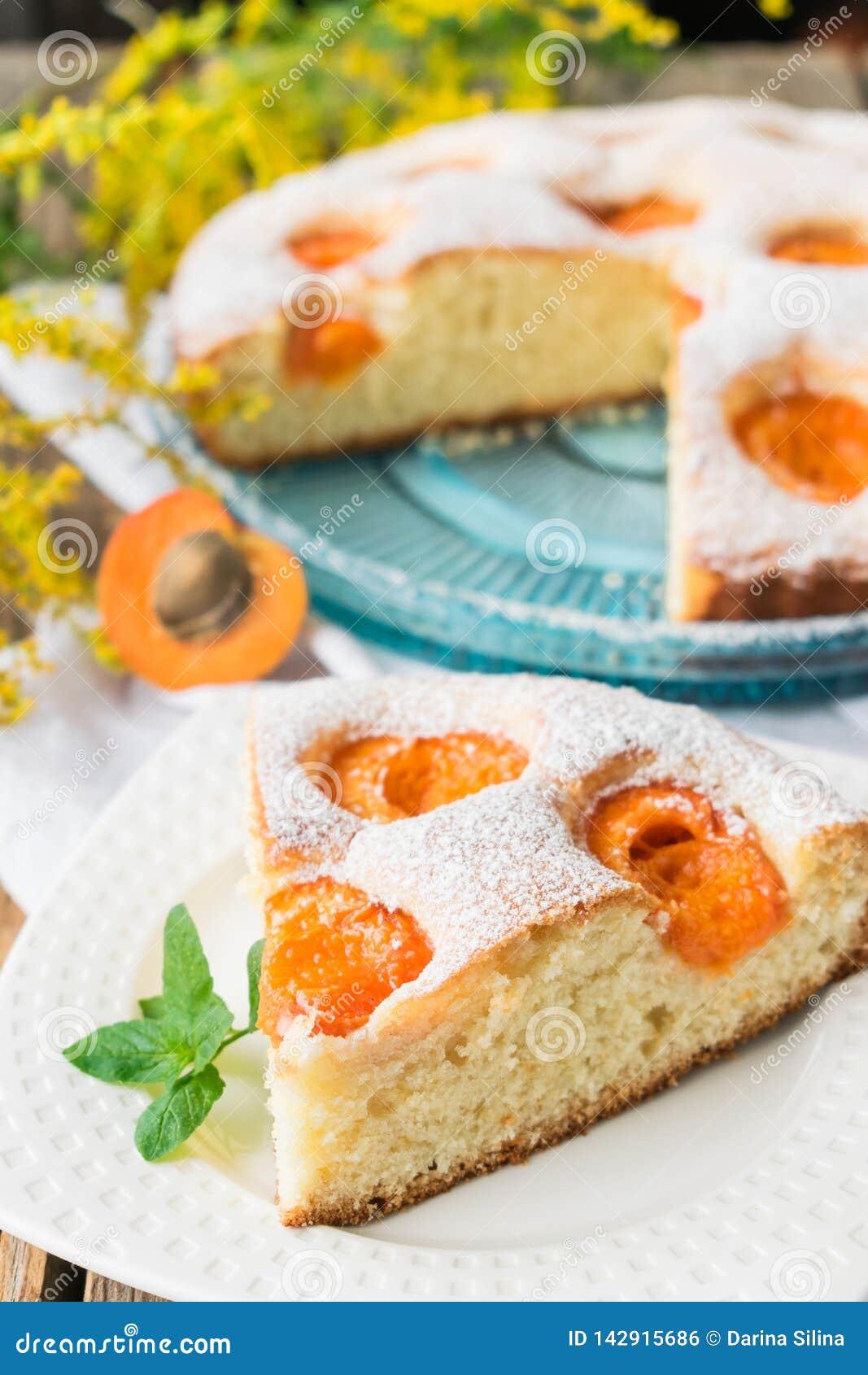 Keks mit Aprikosen Süßer Kuchen mit frischer Frucht Ein Stück des Kuchens mit Aprikosen auf einer Platte