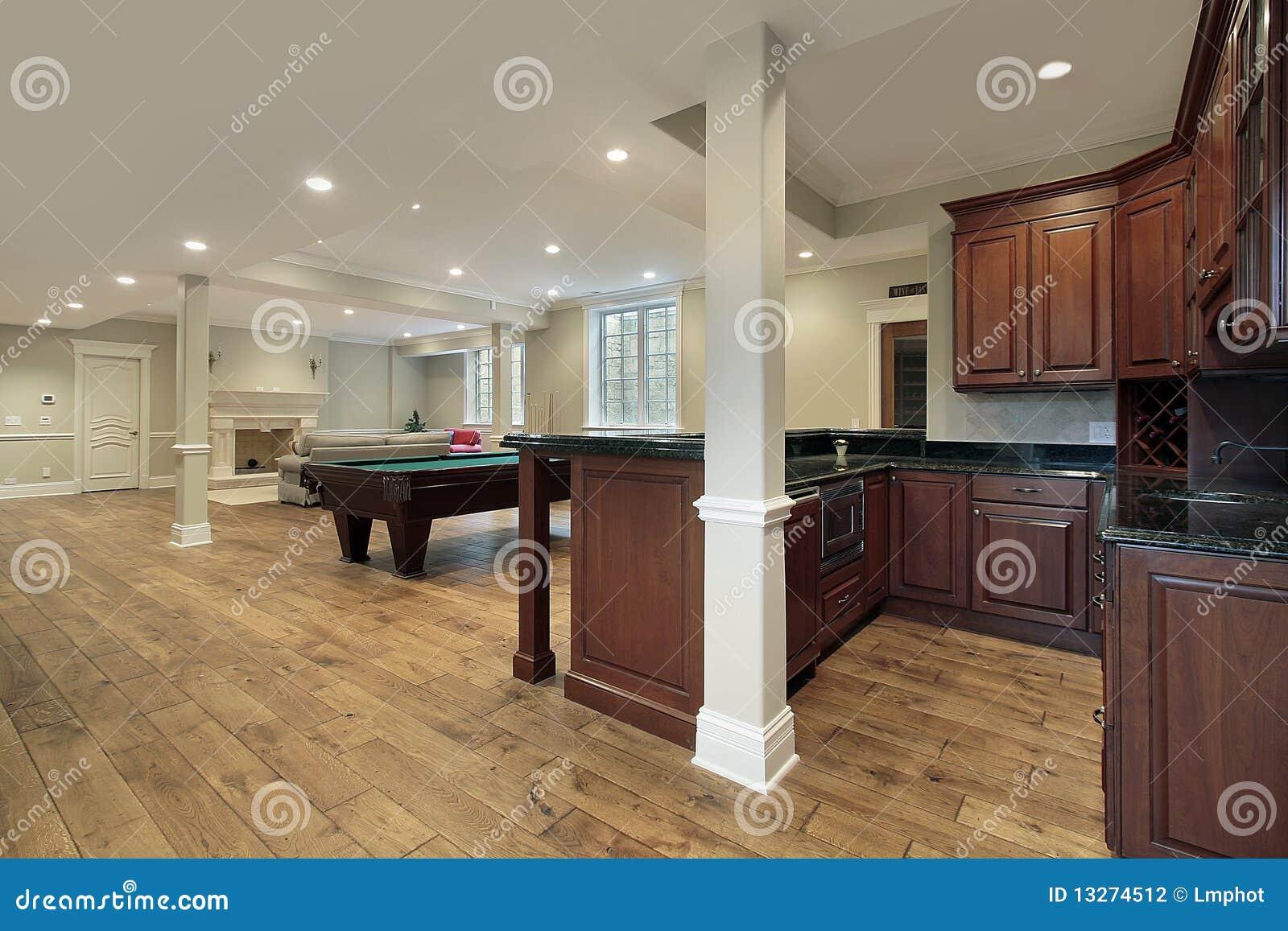 Kelderverdieping met open haard en staaf