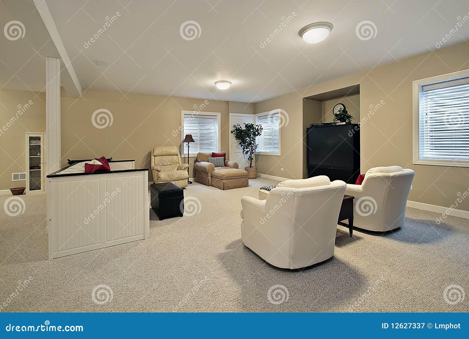 Kelderverdieping met tan muren
