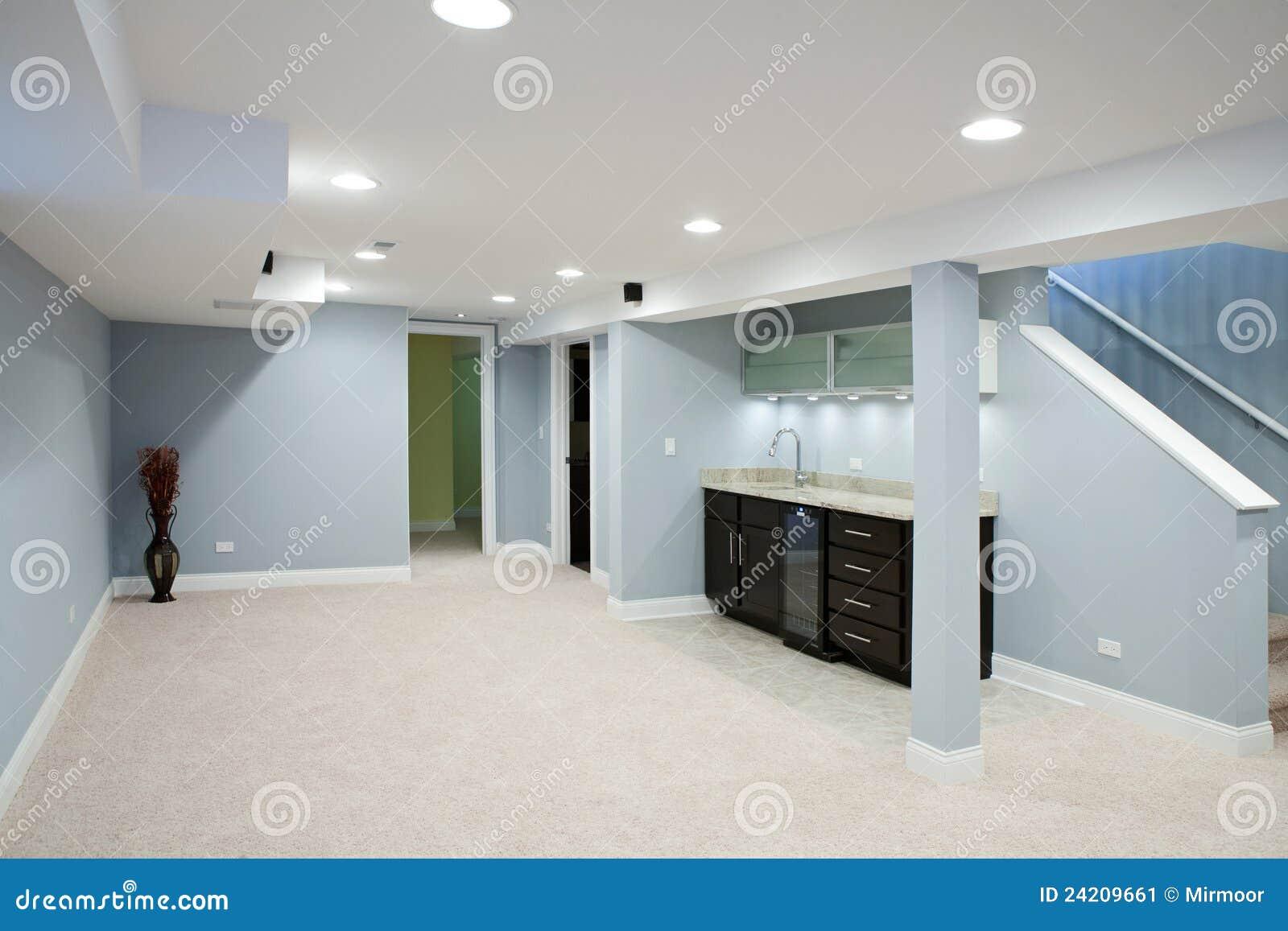 Keller Mit Steingegenoberseiten Und Teppichboden Stockbild Bild