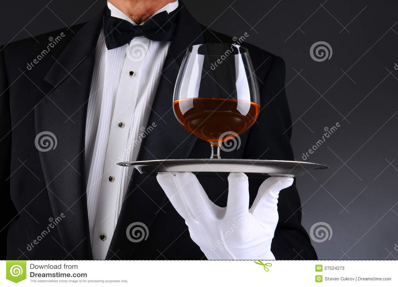 Kellner mit Weinbrand-Schallkanone auf Tellersegment