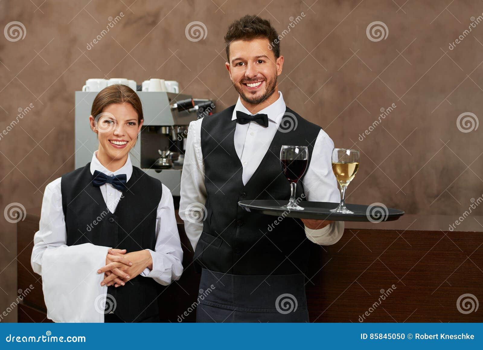 Kellner- und Kellnerinumhüllungsgetränke