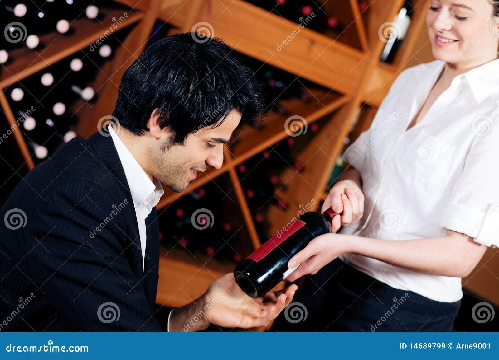 Kellnerin bietet eine Flasche Rotwein an