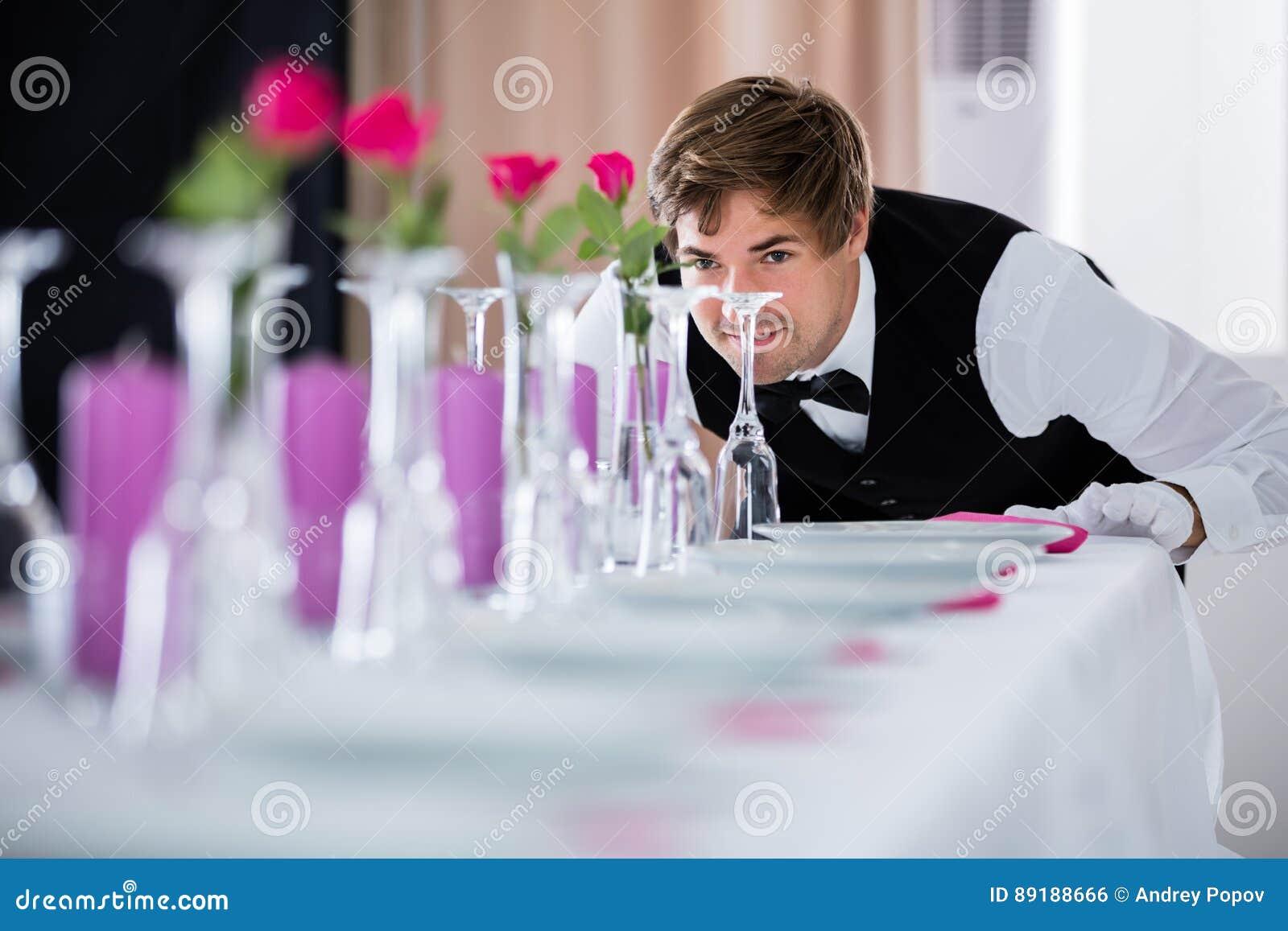 Kelner Patrzeje Stołowego przygotowania