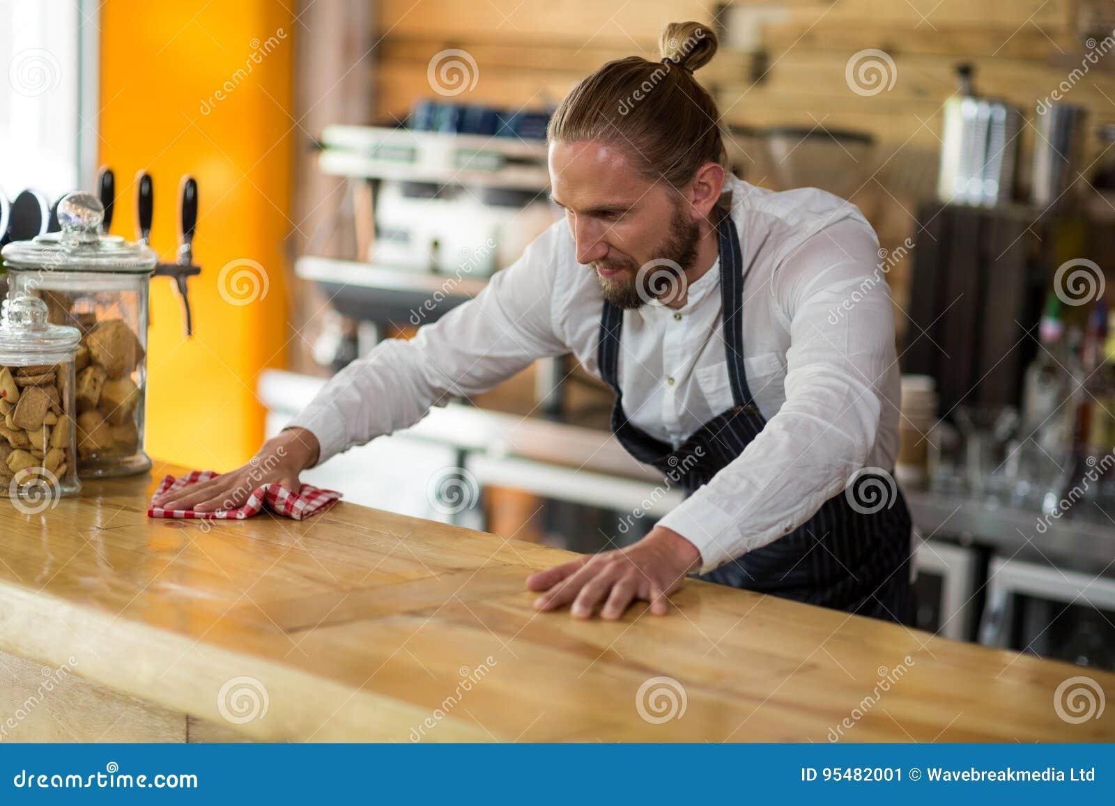 Kelnera obcieranie odpierający z pieluchą w café