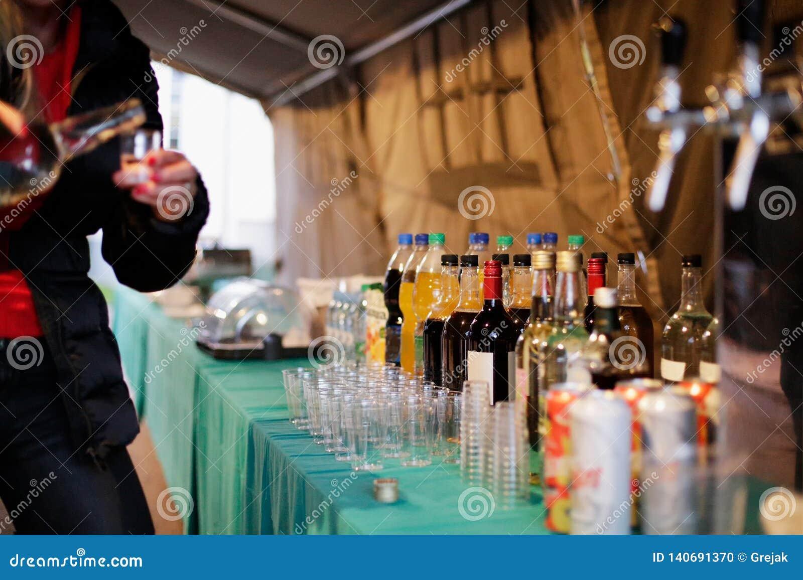 Kelnerka i baverage pod partyjnym namiotem