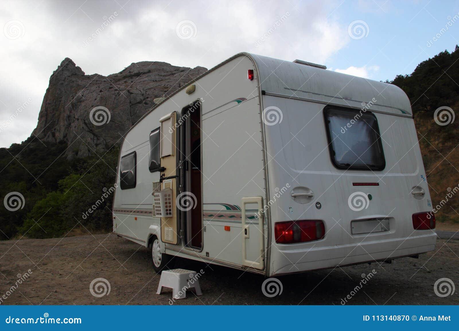 Kempin Wohnwagen Haus Dreht An Herein Die Berge Stockfoto Bild