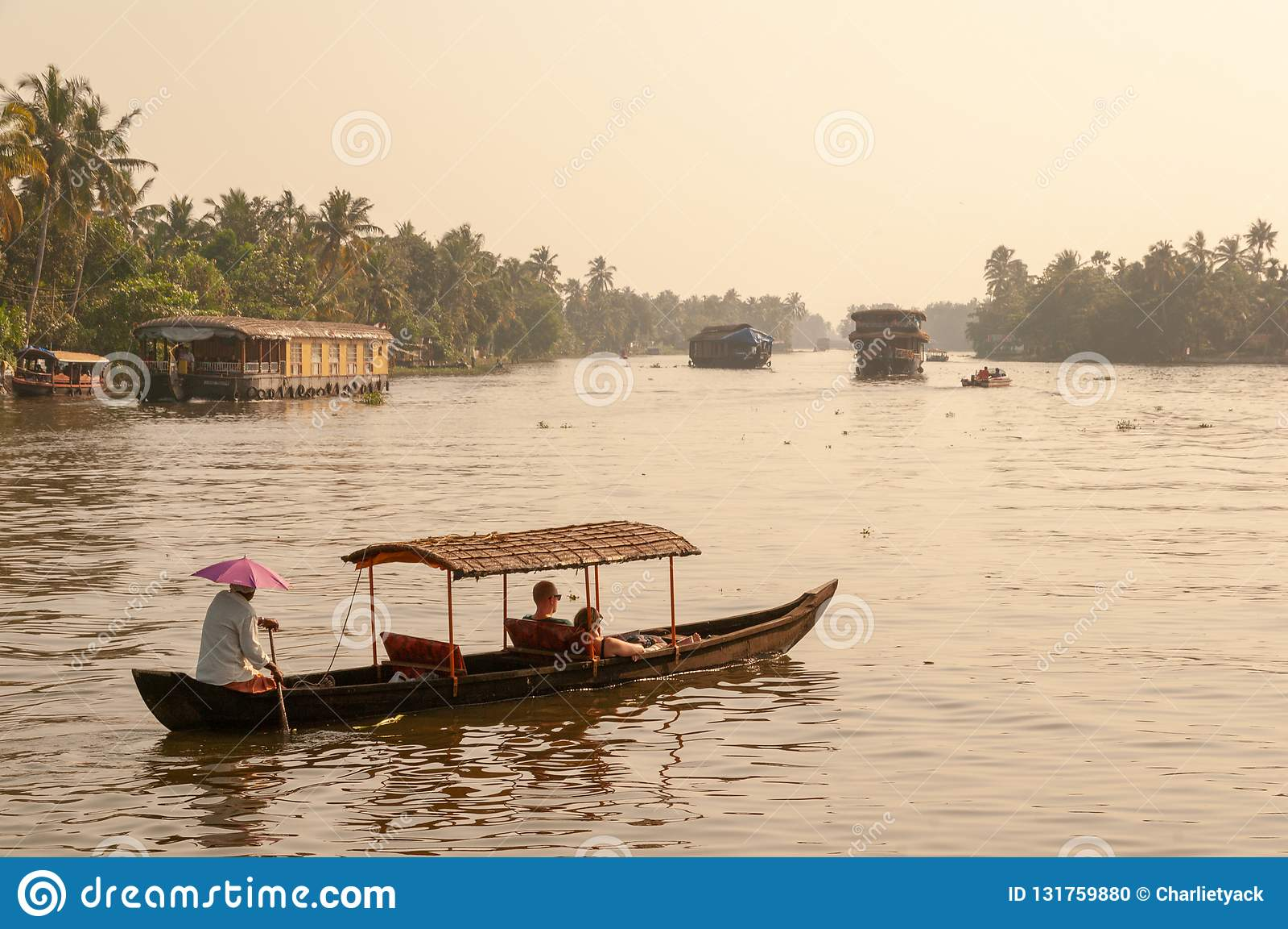 Keralan有享受浪漫乘驾的夫妇的死水小船在死水在黄昏