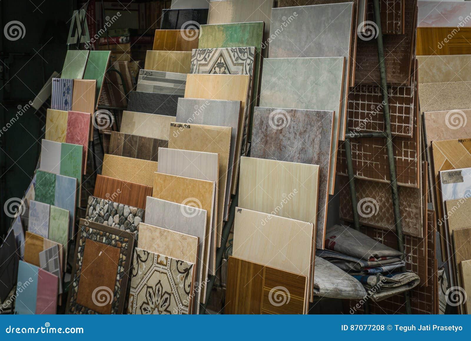 Keramische Sammlung mit verschiedener Art von Mustern und Materialien mit quadratischer Form Foto eingelassenes Depok Indonesien