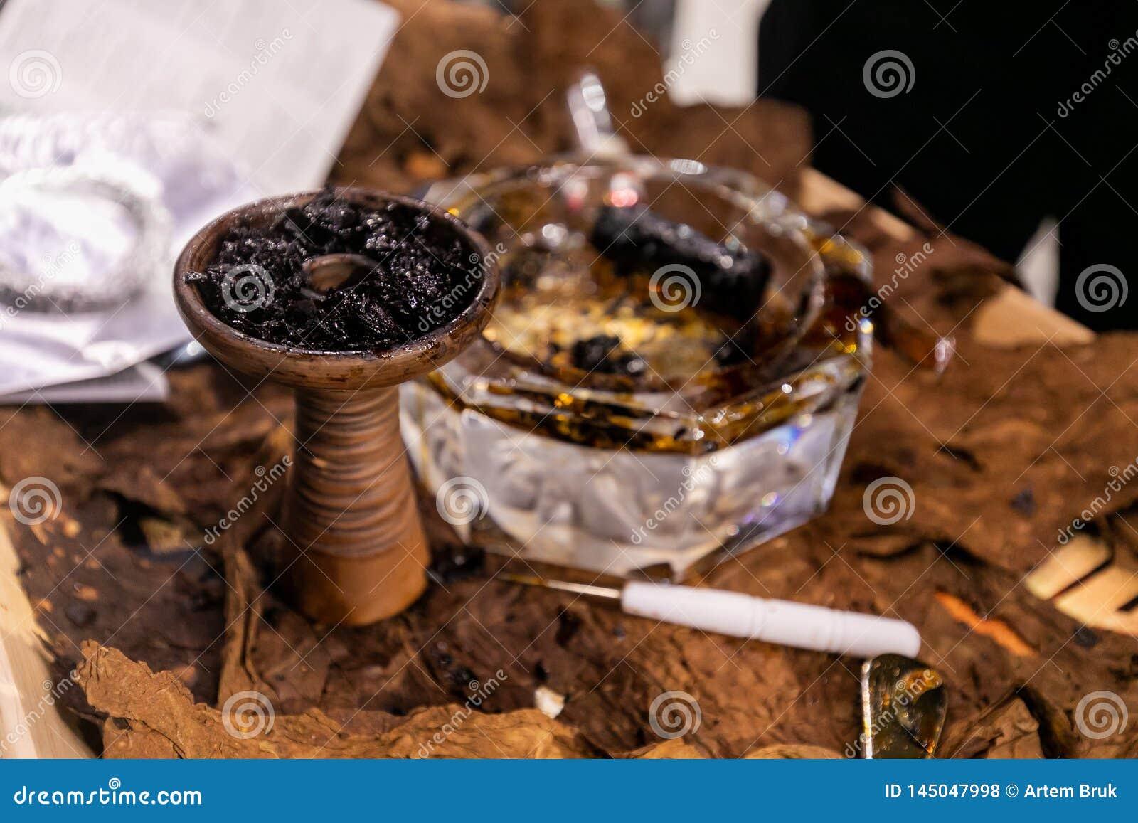 Keramisk bunke av vattenpipan med tobak i den
