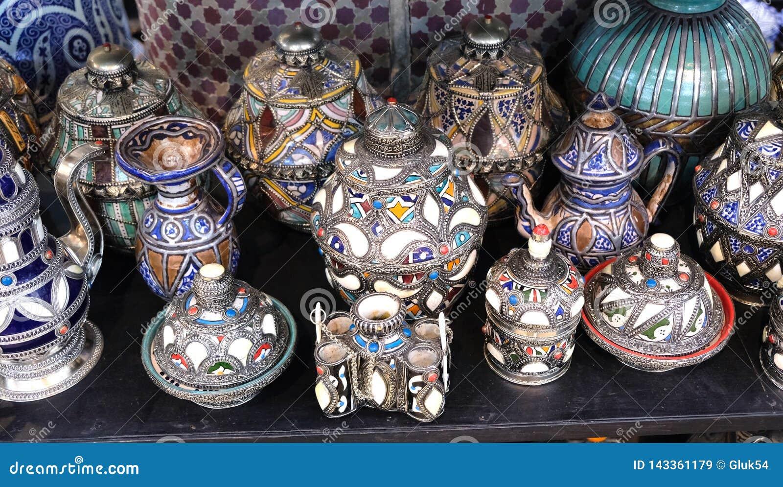 Keramisk disk och andra keramiska produkter som göras av marockanska hantverkare vid handen