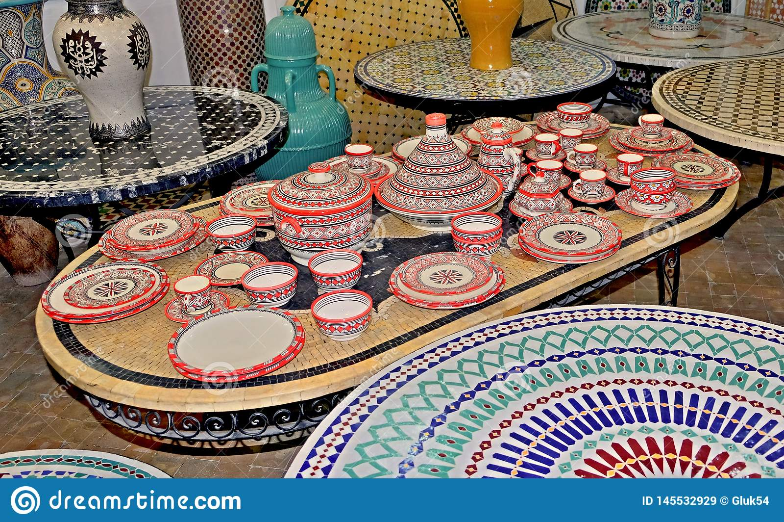 Keramisk disk och andra keramiska produkter som g?ras av marockanska hantverkare vid handen