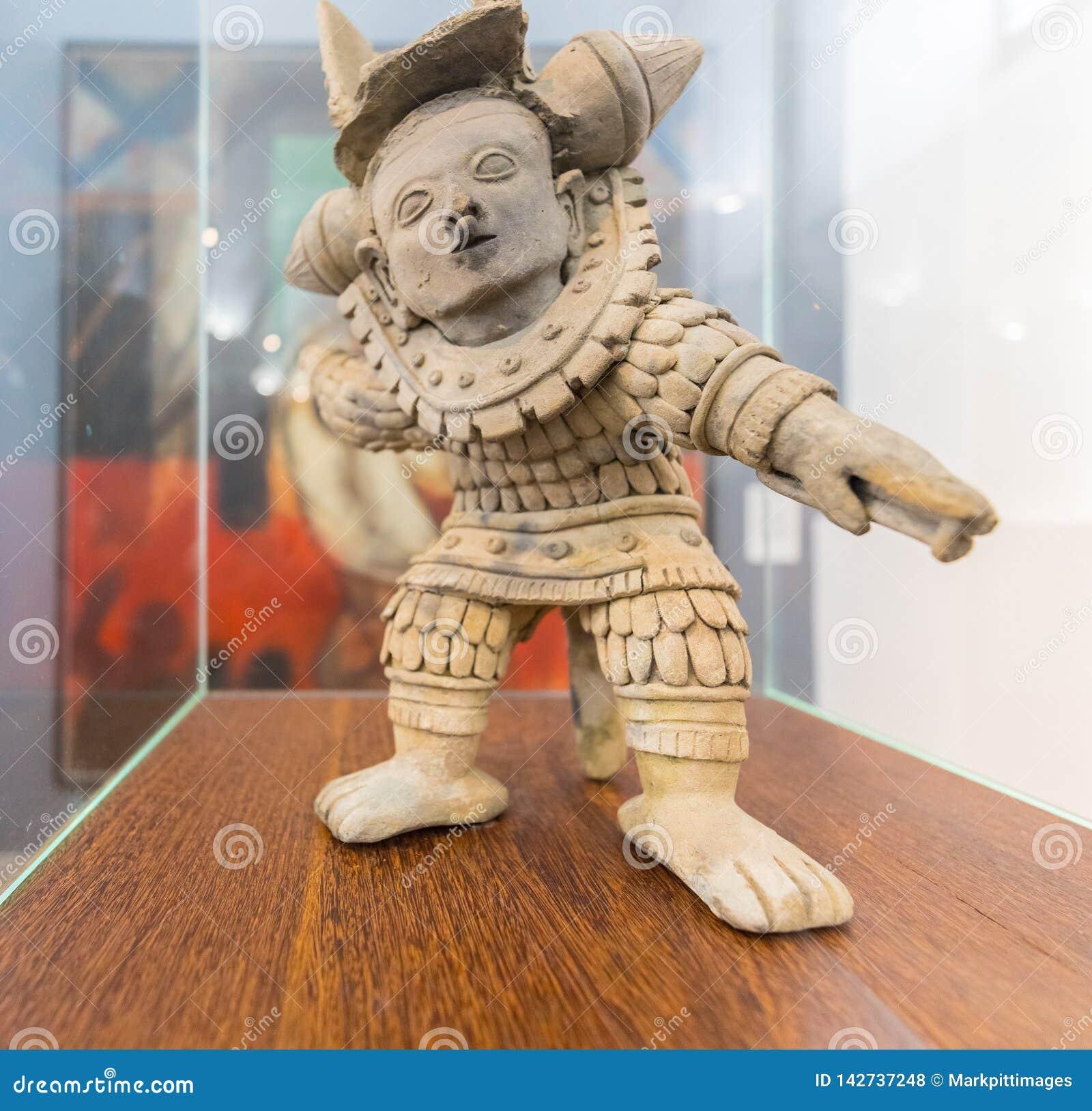 Keramisk föreställande krigare Bogota för nationellt museum i en funnen position av ansträngning i Narino Colombia