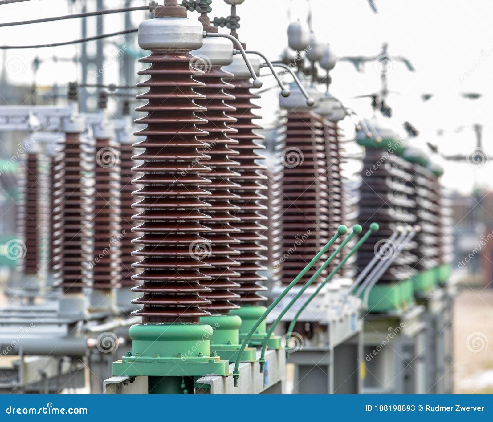 Keramiska isolatorer för tappning på maktavdelningskontor