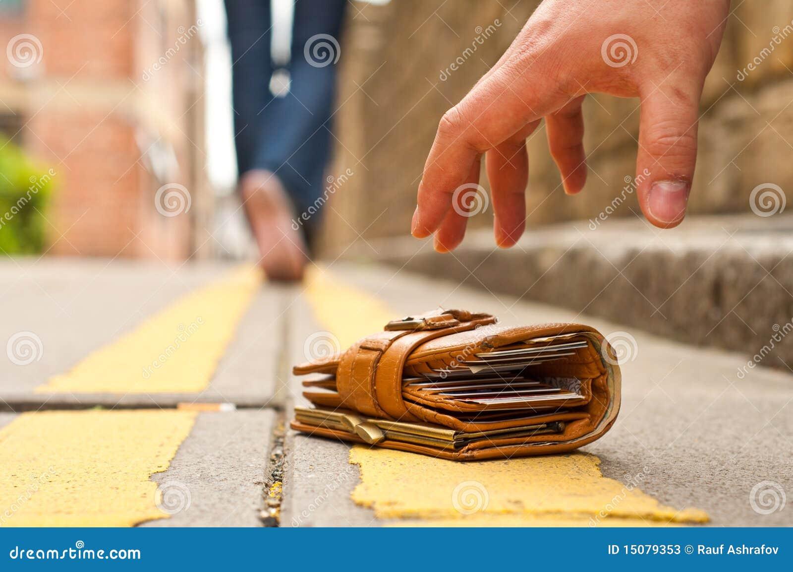 Kerel die verloren opneemt een verloren beurs/een portefeuille
