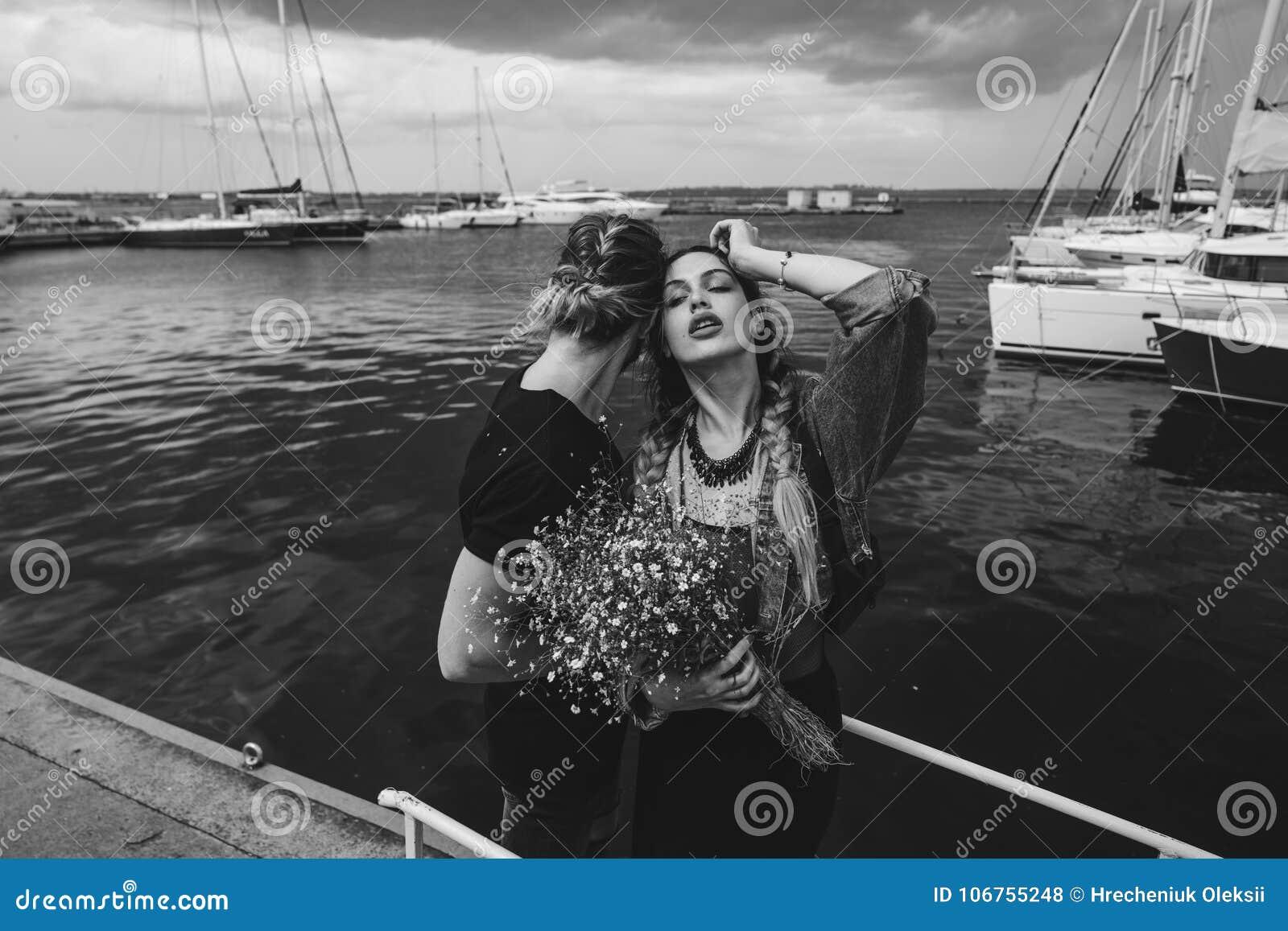 Kerel en meisje op pijler