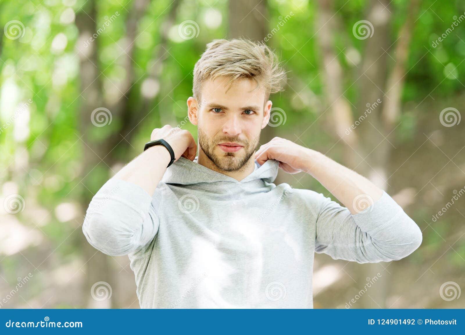 Kerel gebaarde aantrekkelijke toevallige gezette kap  De mens met varkenshaar het glimlachen de achtergrond van de gezichtsaard d