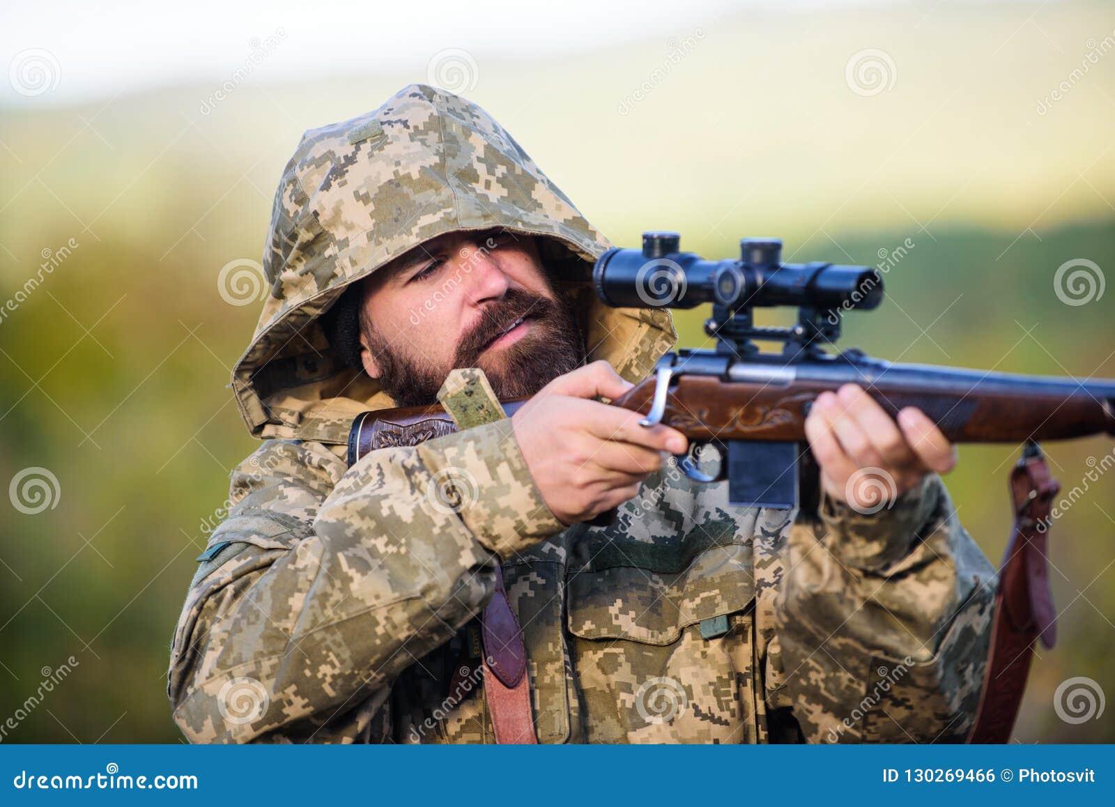 Kerel het milieu van de de jachtaard Gebaarde de aardachtergrond van het jagersgeweer De ervaring en de praktijk lenen succes de